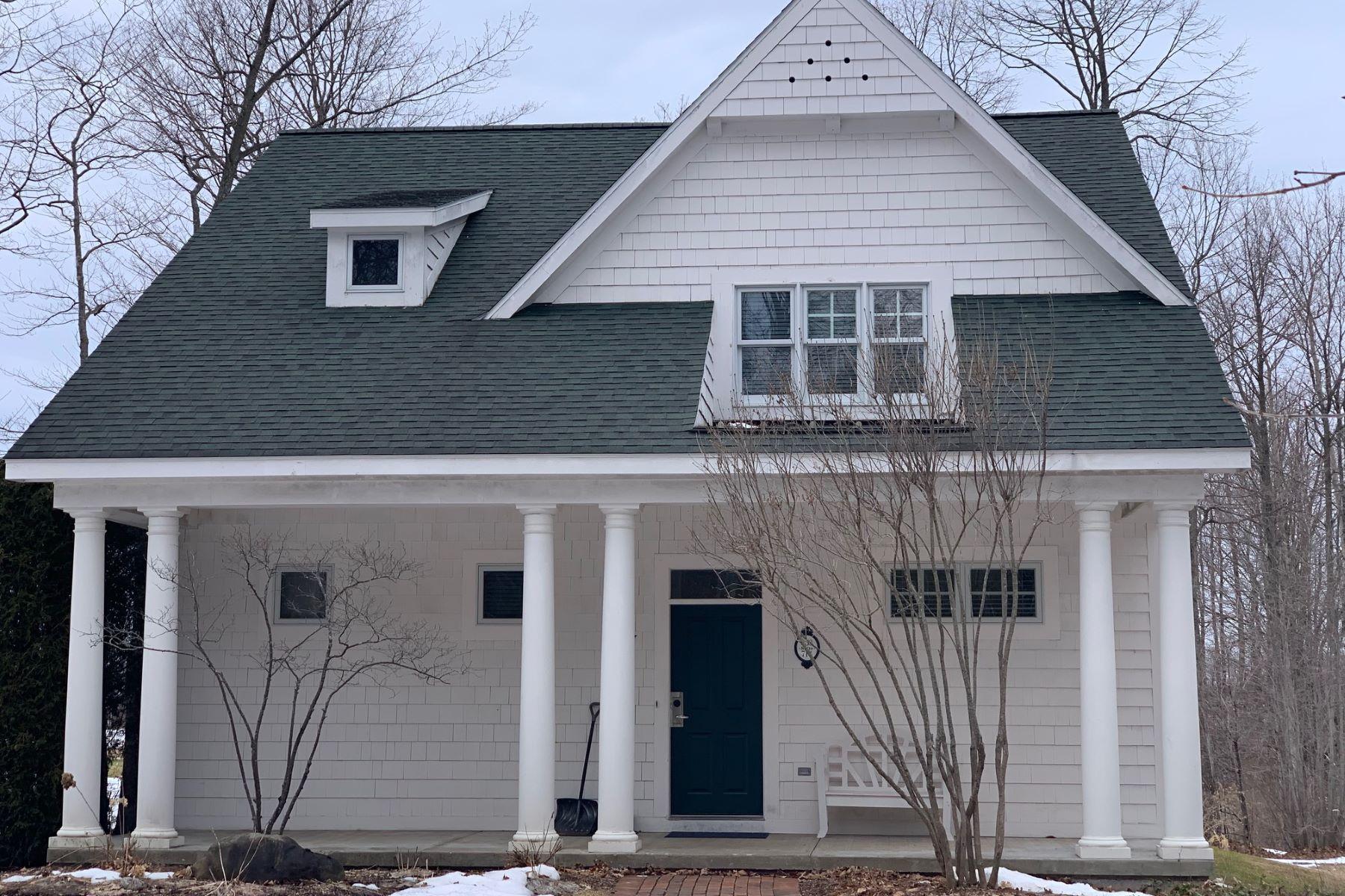 Condominiums para Venda às Condo at the Cottages at Crooked Tree Golf Club 853 Crooked Tree, Petoskey, Michigan 49770 Estados Unidos