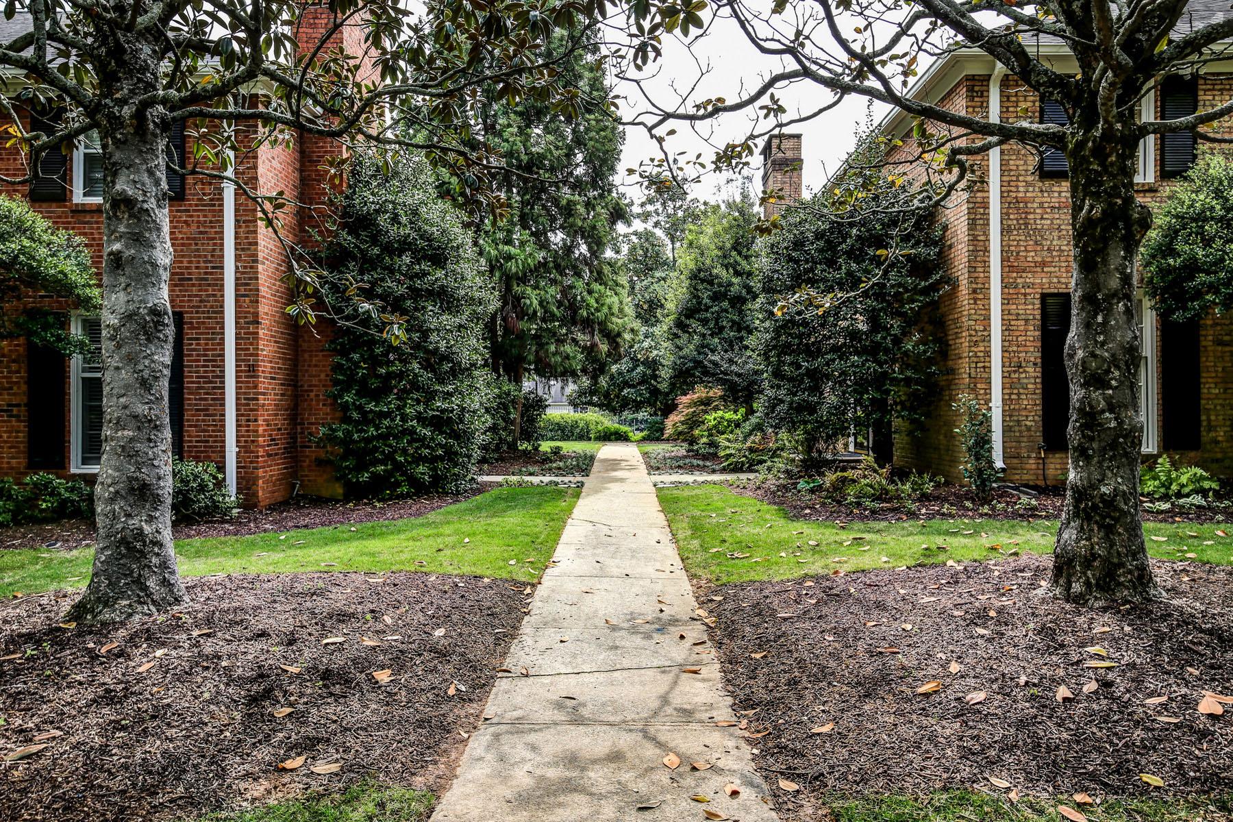 Maison unifamiliale pour l Vente à Highly Desirable End-Unit in Prestigious Lions Gate 9 Prescott Walk Atlanta, Georgia, 30307 États-Unis