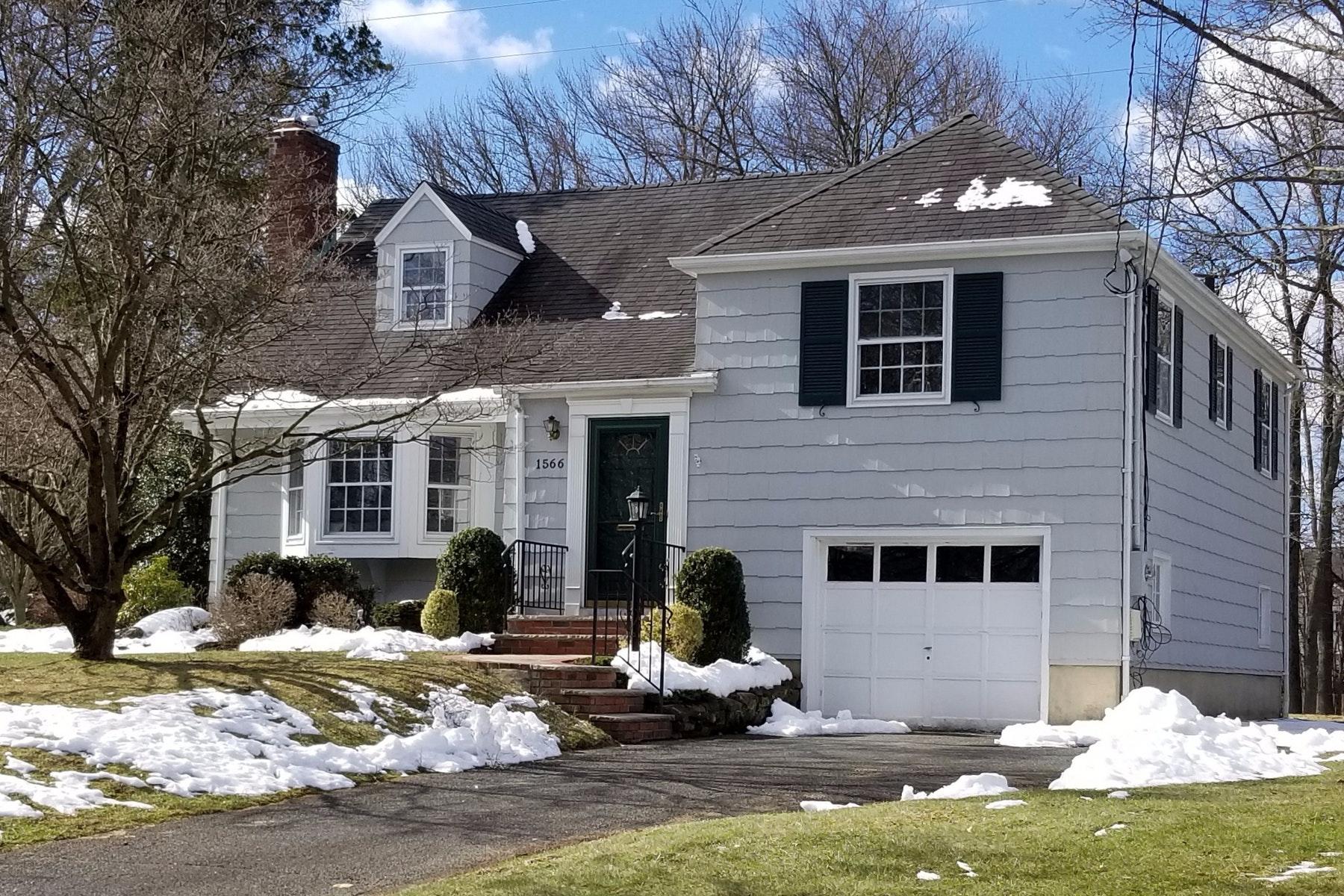 Villa per Vendita alle ore So Great to Come Home to! 1566 Ramapo Way Scotch Plains, New Jersey 07076 Stati Uniti