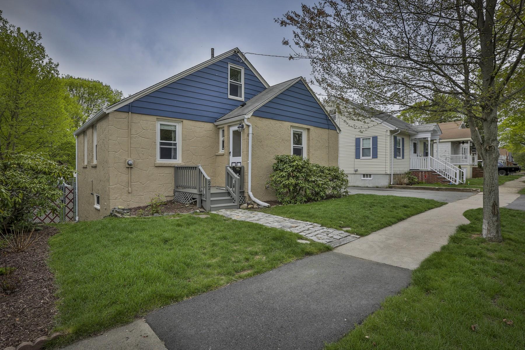 Maison unifamiliale pour l Vente à Pristine Royal Side Bungalow 22 Ashton Street Beverly, Massachusetts, 01915 États-Unis