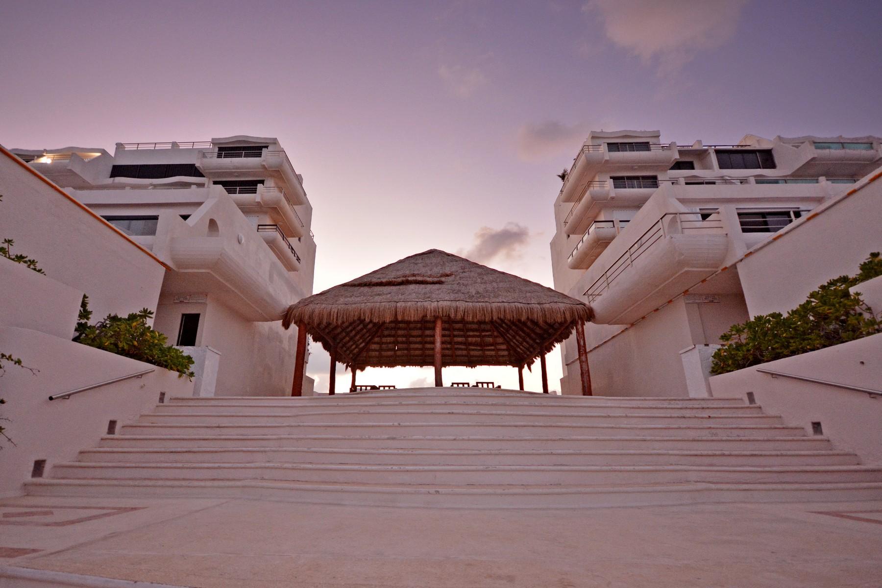 Additional photo for property listing at CANCUN BEACHFRONT VILLA Condominio Villas Marlin Depto. 121, Lte. 23 Cancun, Quintana Roo 77500 Mexico