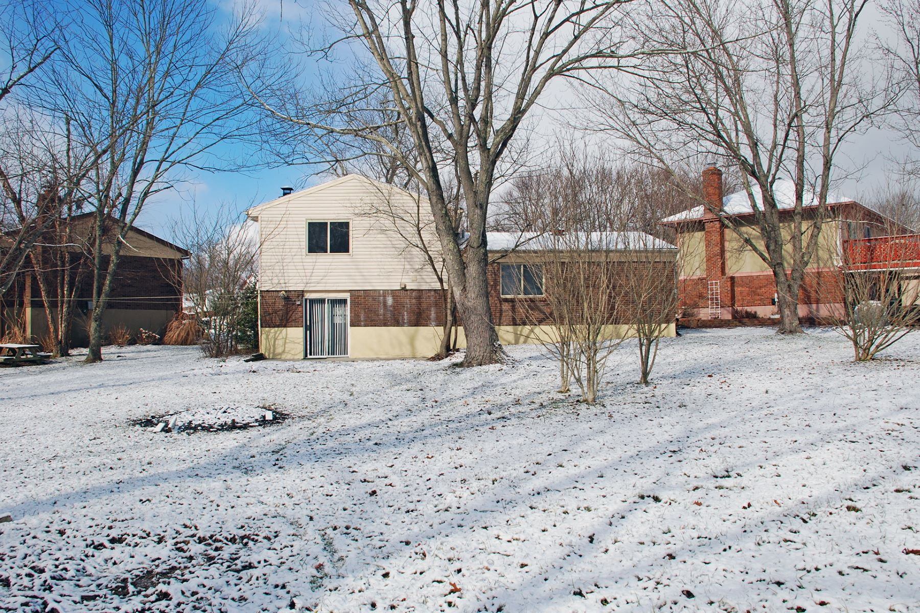 Single Family Home for Sale at Delightful updated home on a cul-de-sac 7796 Oakridge Court Florence, Kentucky 41042 United States