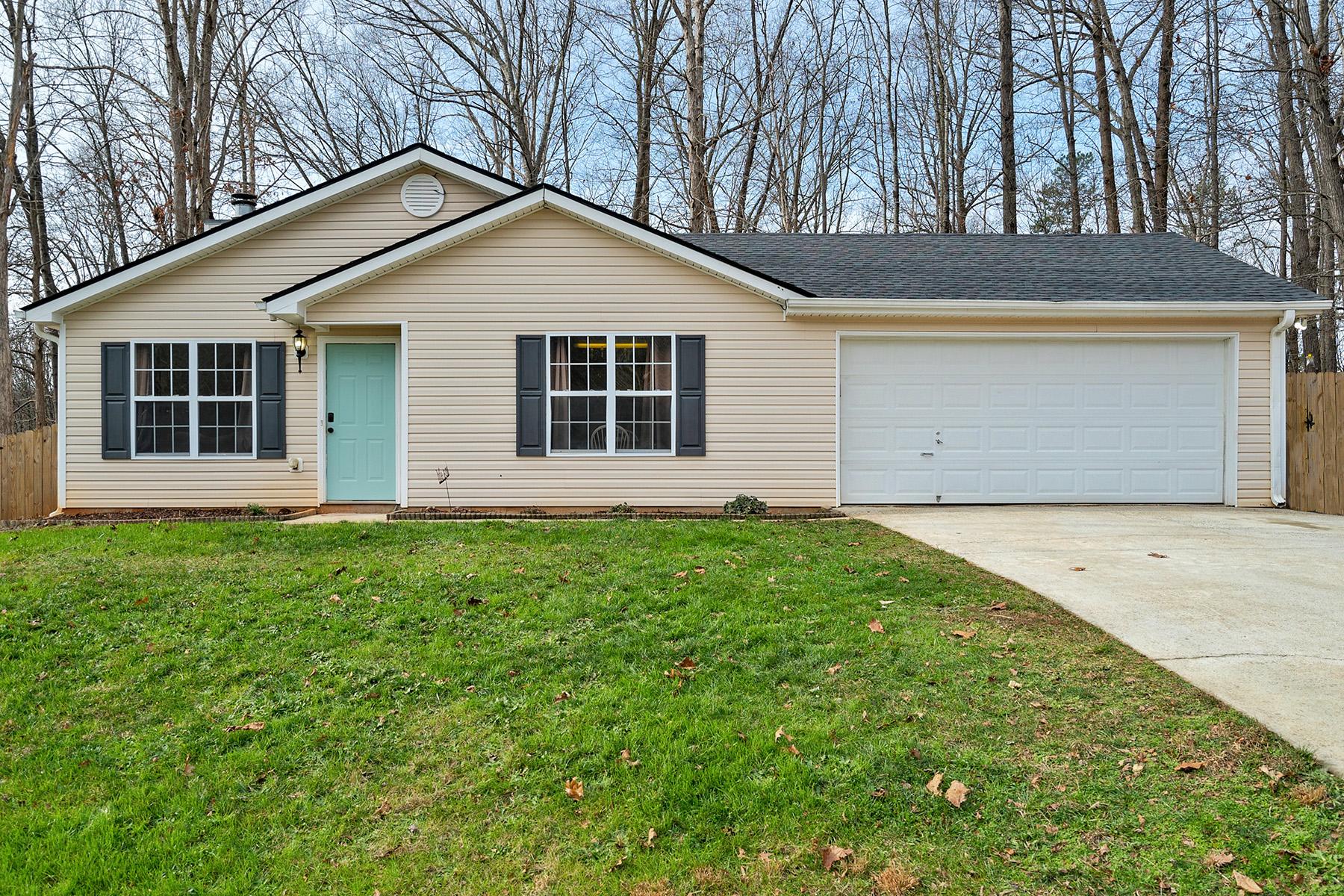 Single Family Homes per Vendita alle ore Little Slice Of Heaven 330 Silverwood Drive, Gillsville, Georgia 30543 Stati Uniti