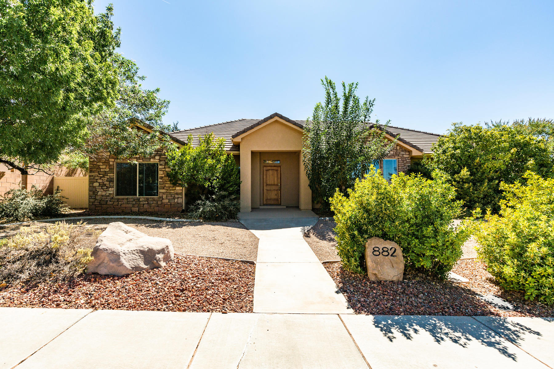Single Family Homes for Sale at Newly Painted Gem In Silver Falls 882 E Coyote Drive, Washington, Utah 84780 United States