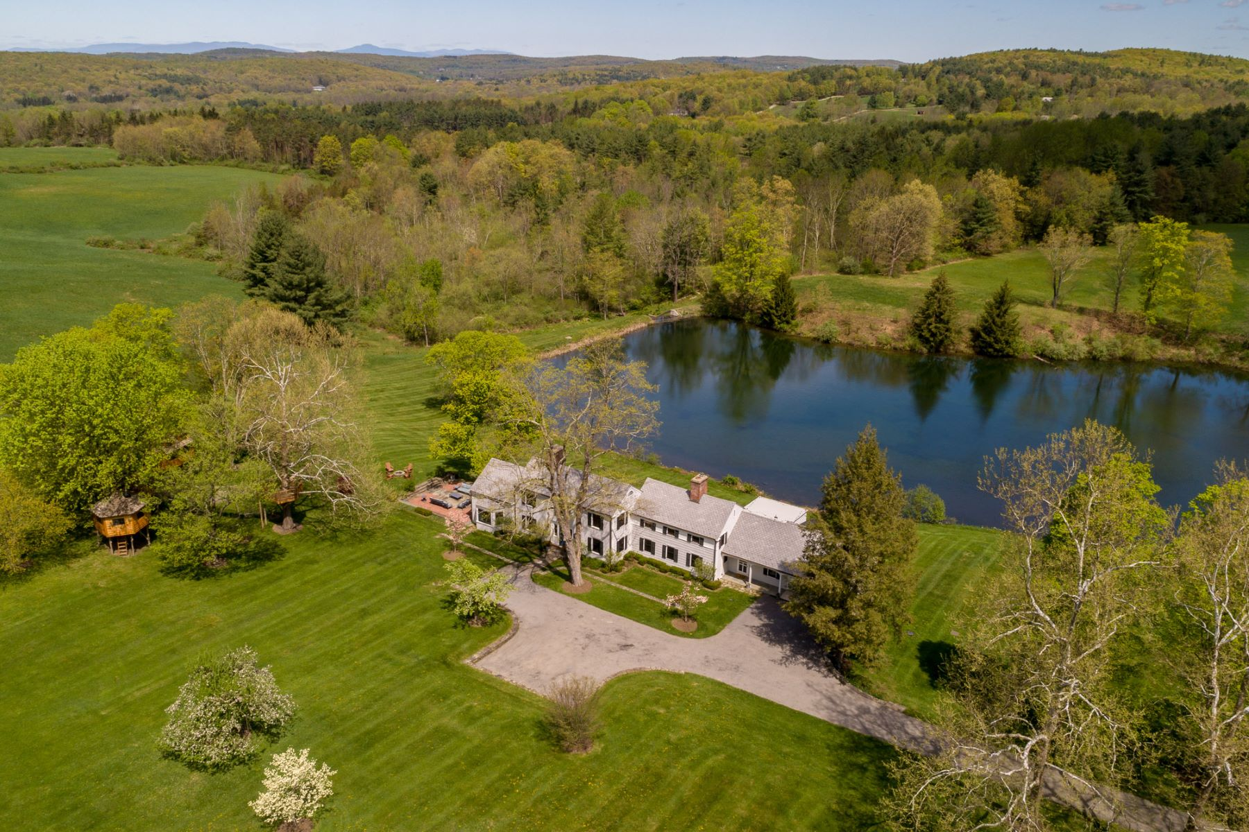 Single Family Homes pour l Vente à Country Retreat 749 Stanford Road Millbrook, New York 12545 États-Unis