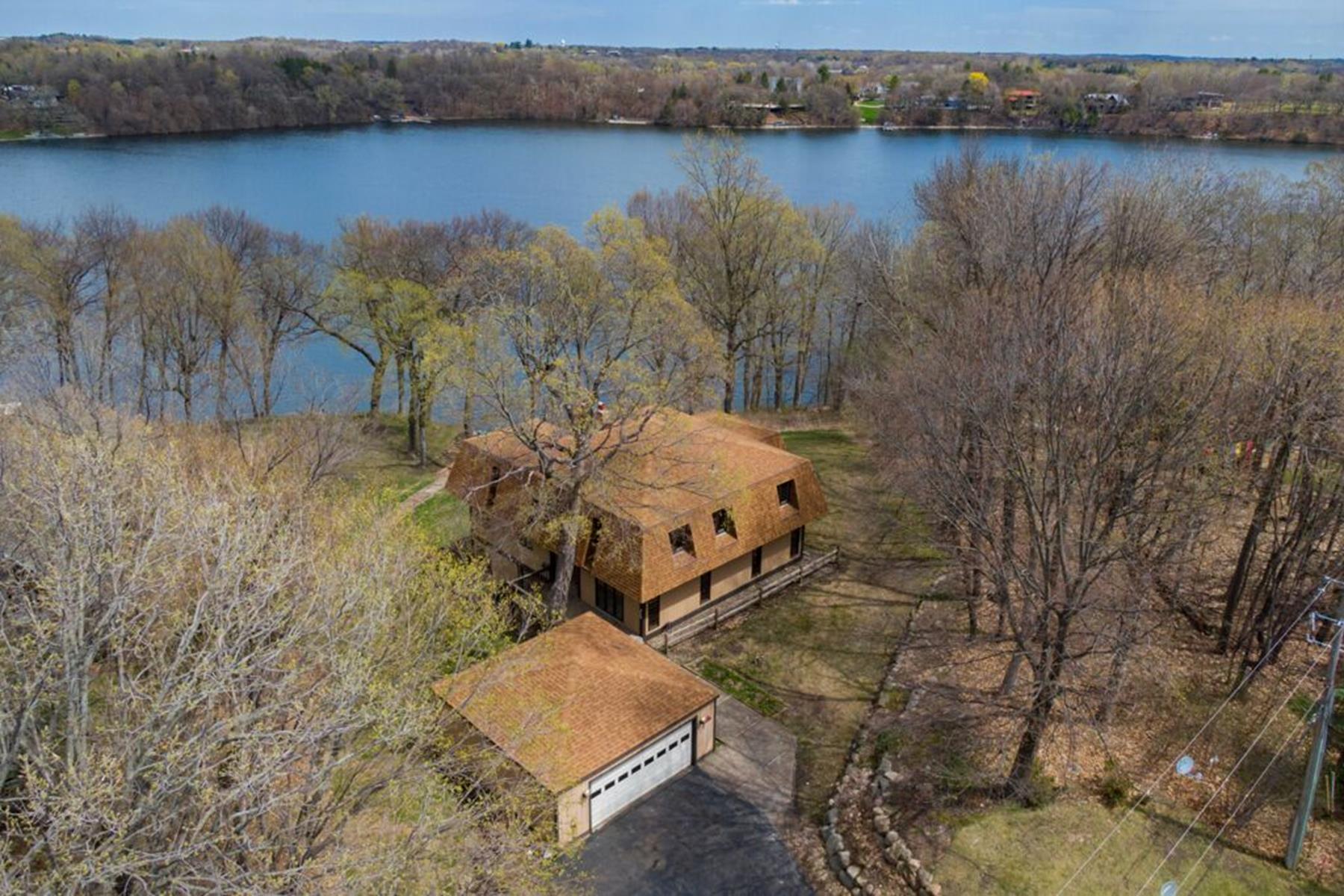 Single Family Homes 为 销售 在 Commanding Views of North Arm Bay with 145 feet of Lake Minnetonka Lakeshore! 4040 Dahl Road 奥洛诺, 明尼苏达州 55364 美国
