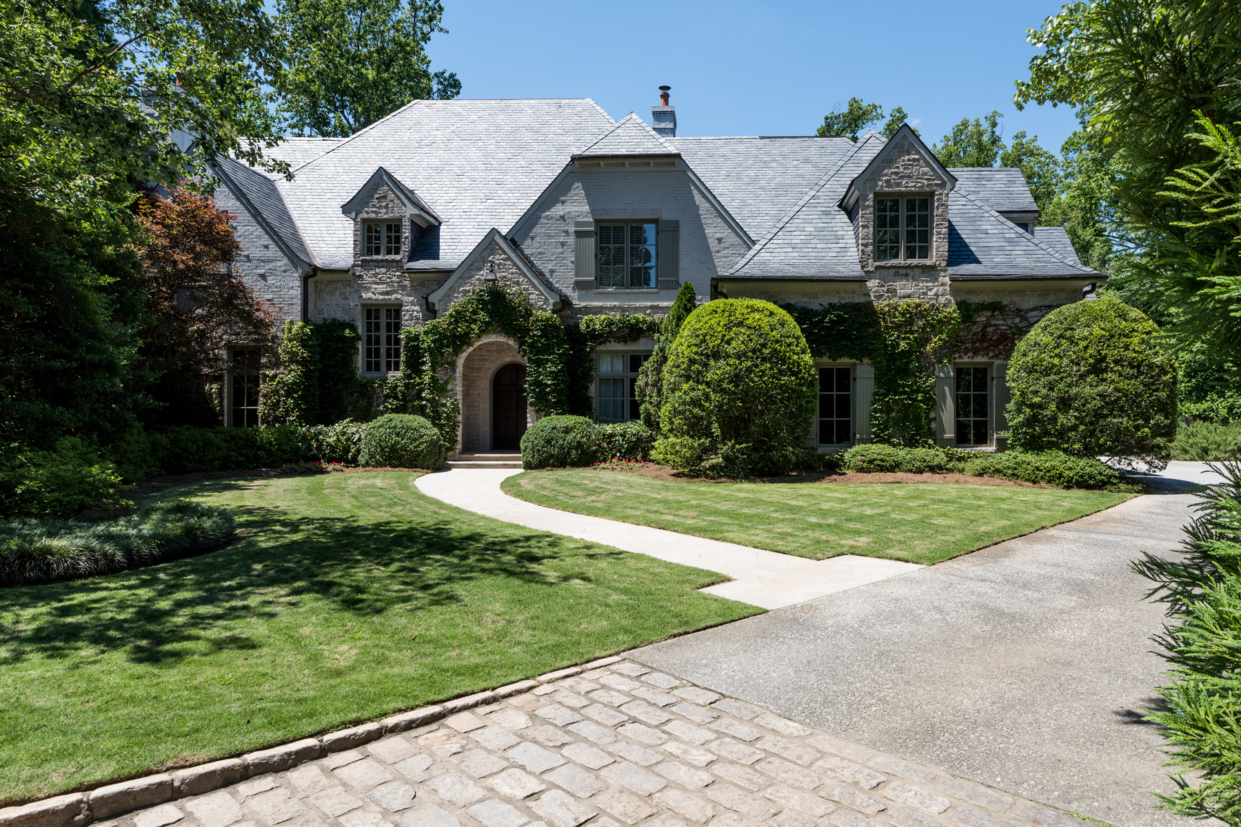 Casa para uma família para Venda às Elegant Stone And Brick Beauty In Buckhead's Prestigious Gated 14 Home Community 675 W Paces Ferry Road NW House #9, Buckhead, Atlanta, Geórgia, 30327 Estados Unidos