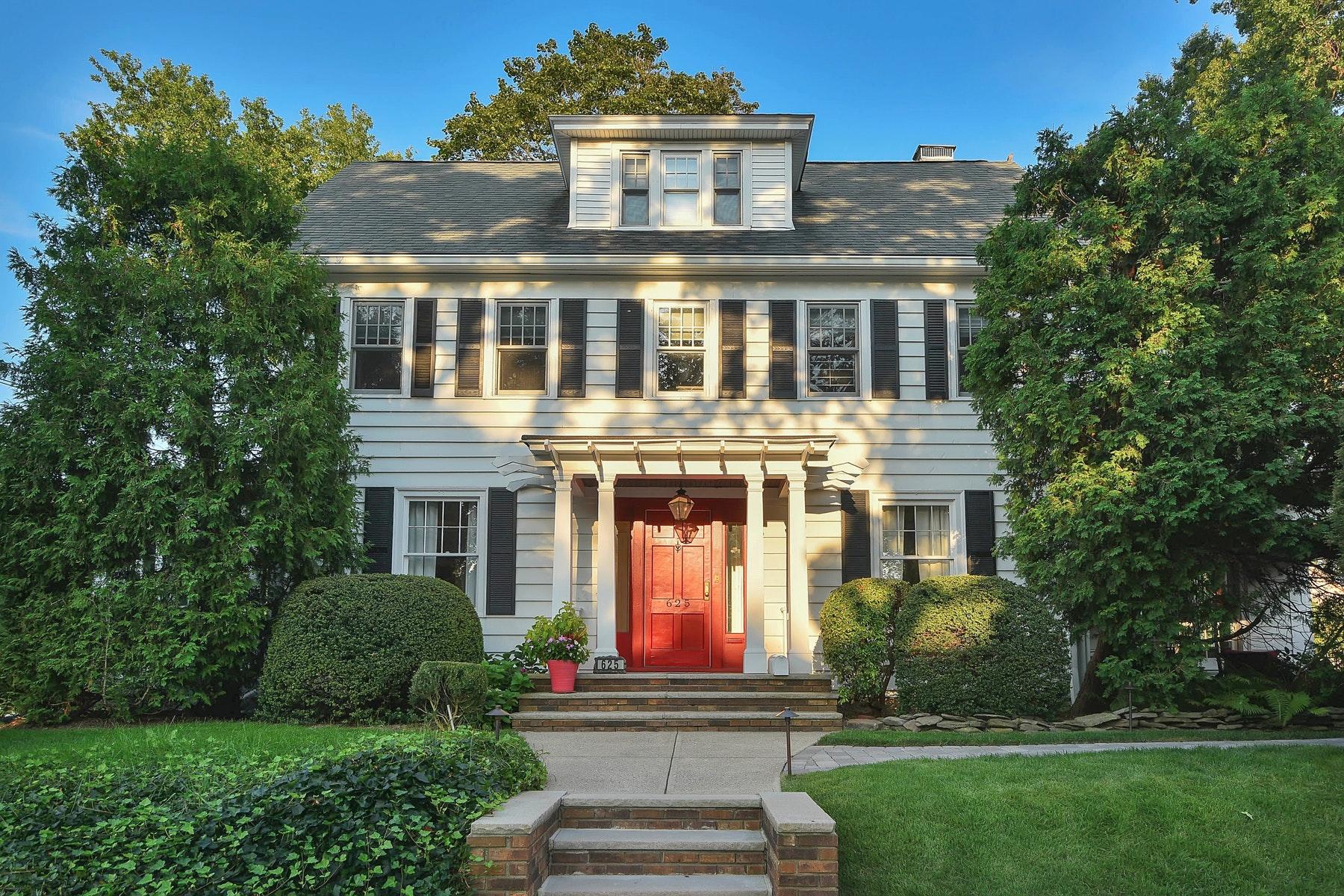 Maison unifamiliale pour l Vente à 19th Century Center Hall Colonial 625 Trenton St., New Milford, New Jersey 07646 États-Unis