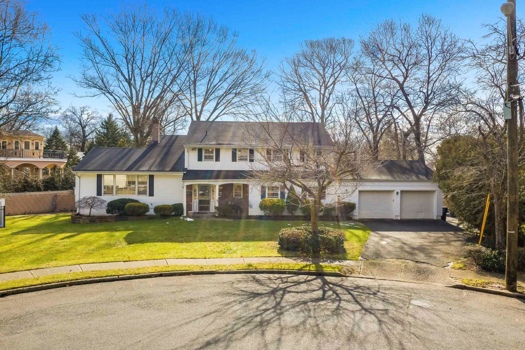 Single Family Homes vì Bán tại Welcome Home! 530 Clark Rd, Paramus, New Jersey 07652 Hoa Kỳ