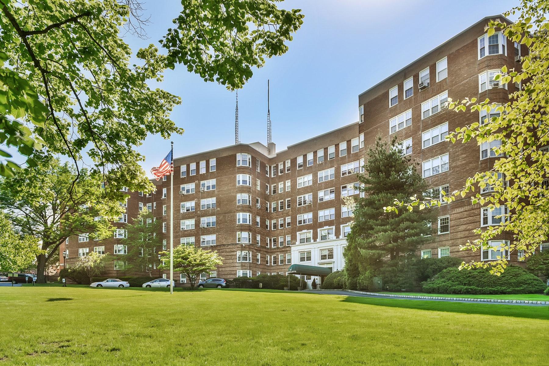 تعاوني للـ Sale في New York Style Co-op 10 Crestmont Road 1H Montclair, New Jersey 07042 United States