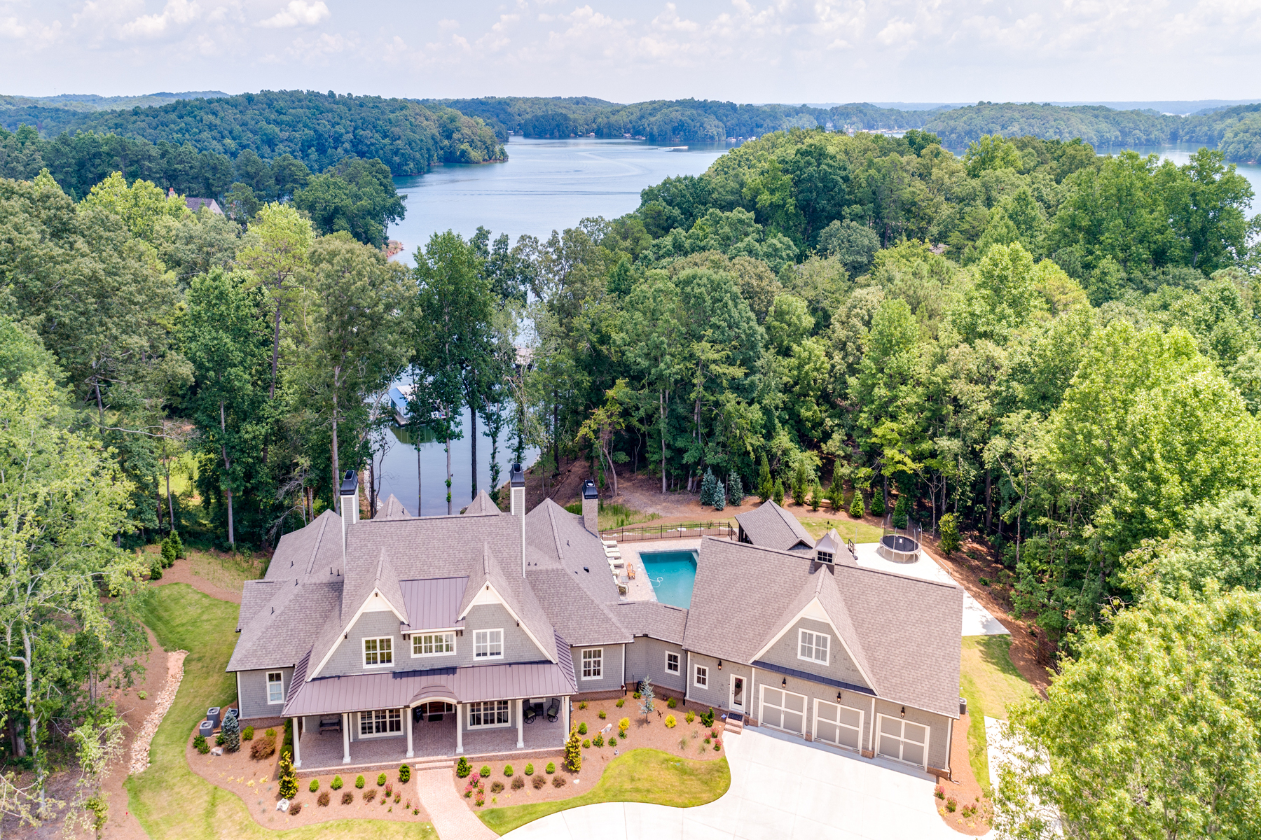 Enfamiljshus för Försäljning vid Custom Lake Lanier Estate On 3.7 Acres With Incredible Lake Views 7305 Breeze Bay Rd Cumming, Georgien 30041 Usa