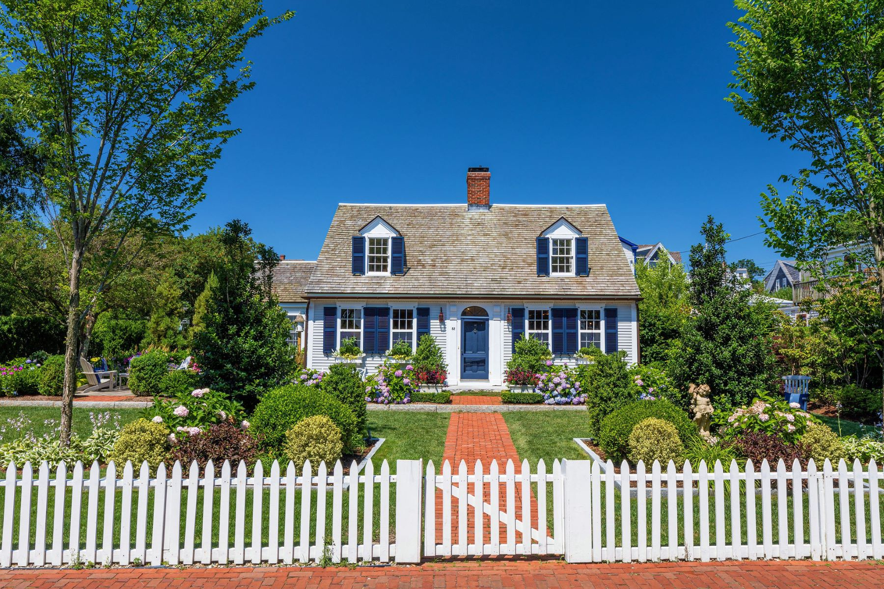 Single Family Homes por un Venta en Iconic West End Materpiece 82 Commercial Street Provincetown, Massachusetts 02657 Estados Unidos
