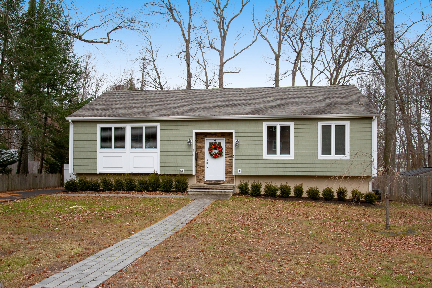Single Family Homes vì Bán tại Navesink Expanded Ranch 16 Oakland Ave, Middletown, New Jersey 07716 Hoa Kỳ