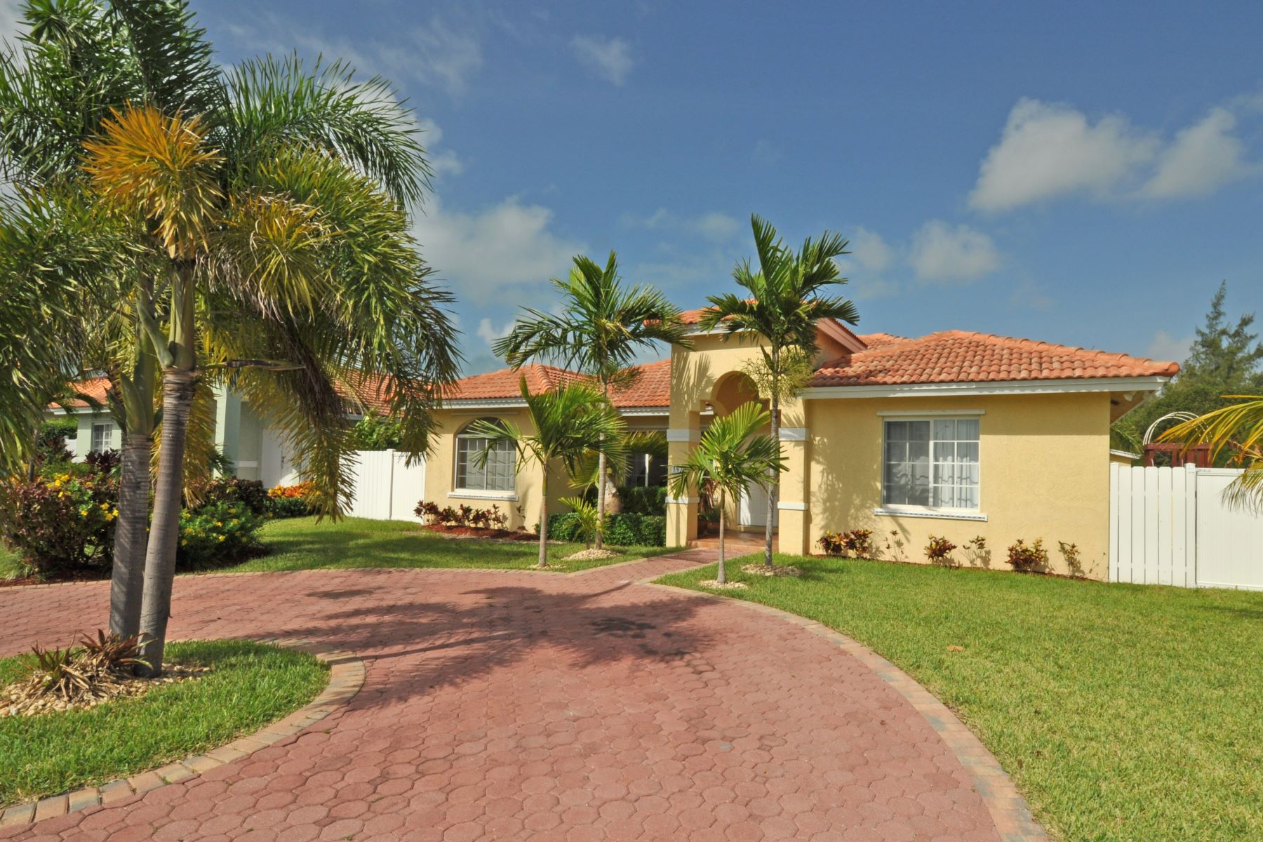 Maison unifamiliale pour l Vente à Treasure Cove House with Pool #157 Yamacraw, New Providence/Nassau Bahamas