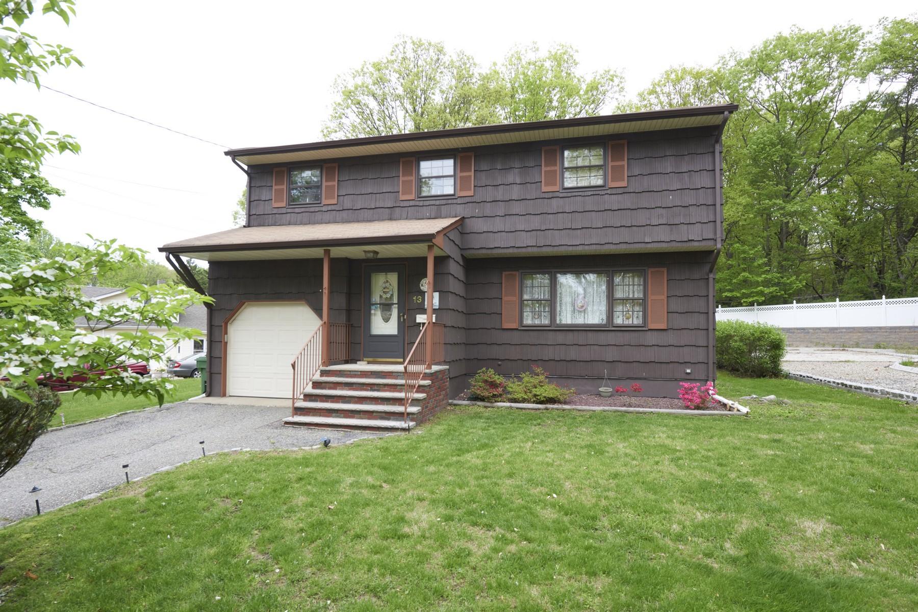 Single Family Homes por un Venta en Colonial A Must See 13 Camden St Sayreville, Nueva Jersey 08859 Estados Unidos