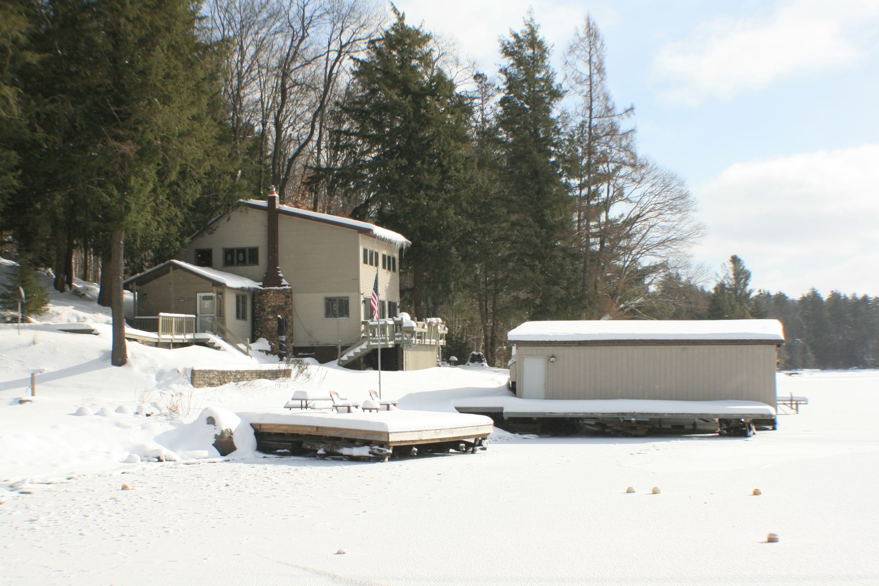 Casa multifamiliare per Affitto alle ore Lakefront Living for the Family 251 246 Petrie Road Old Forge, New York 13420 Stati Uniti