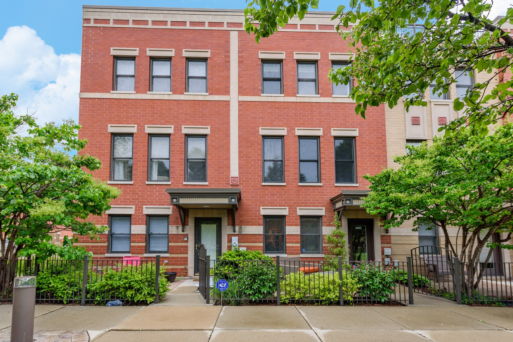 Villetta a schiera per Vendita alle ore Completely Renovated River North Townhome! 1053 N Kingsbury Street Near North Side, Chicago, Illinois, 60610 Stati Uniti