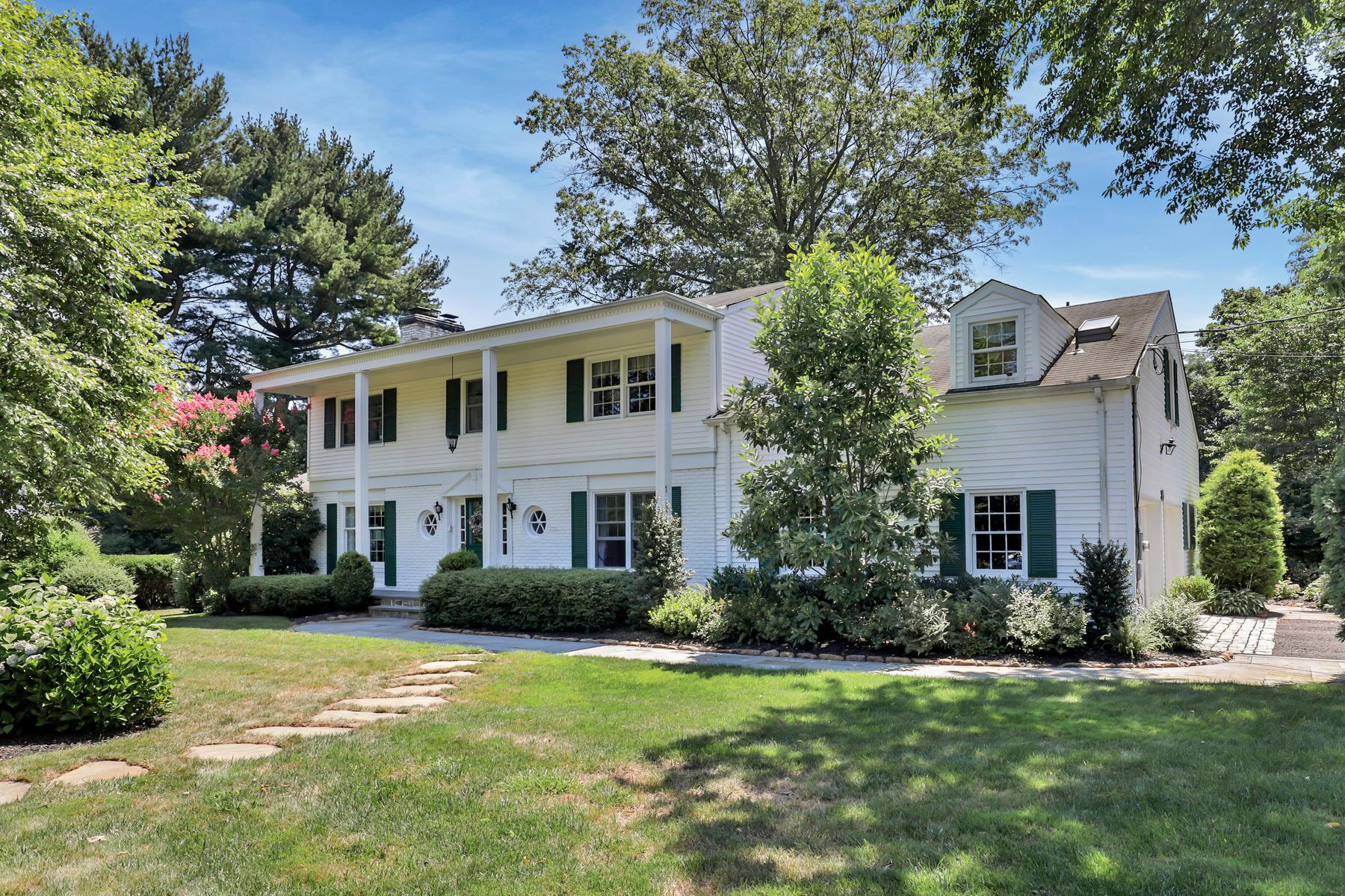 Maison unifamiliale pour l Vente à Gracious Colonial 137 Ridge Rd Rumson, New Jersey, 07760 États-Unis