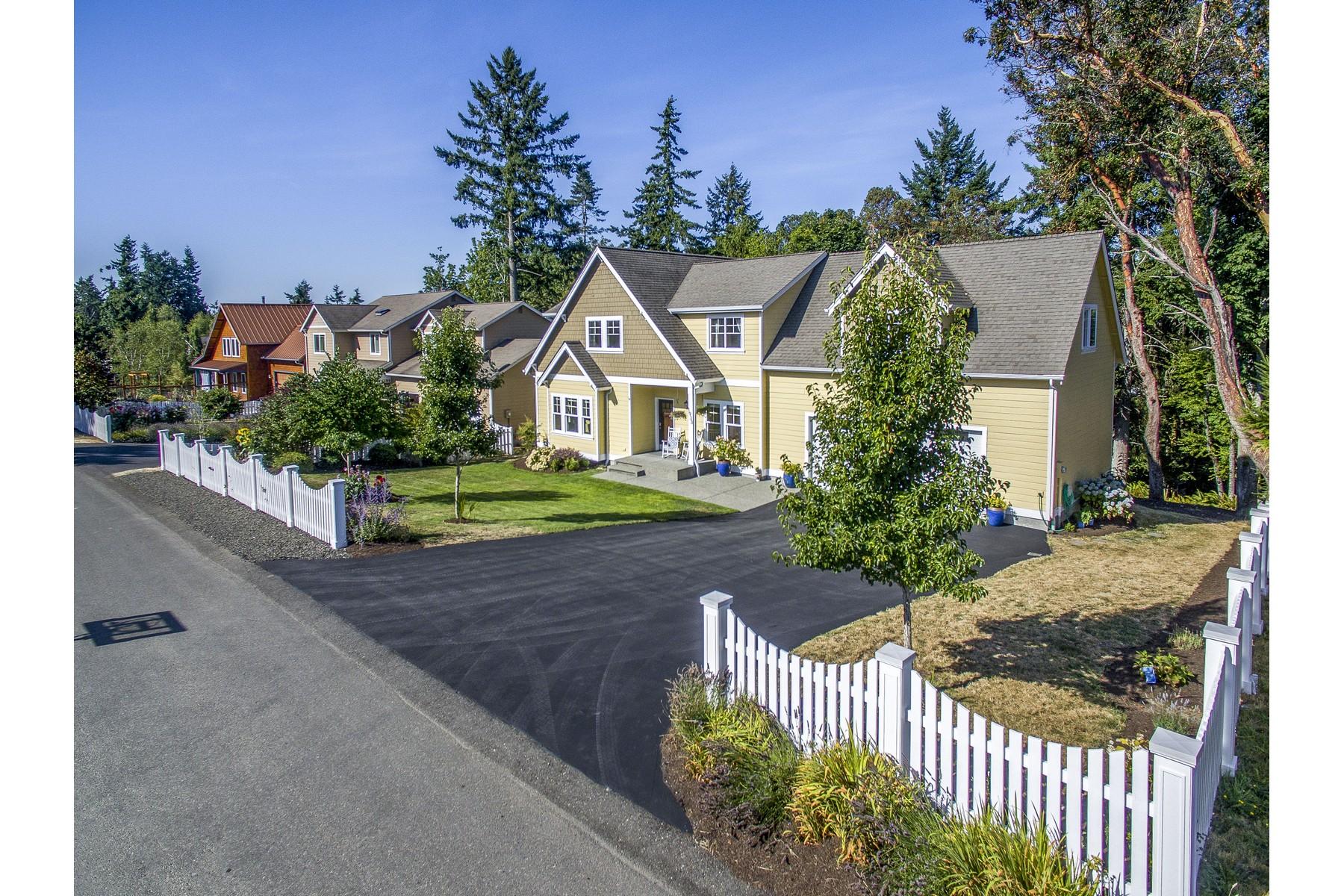 واحد منزل الأسرة للـ Sale في Sun Filled Island Home 1933 Douglas Dr NE Bainbridge Island, Washington, 98110 United States