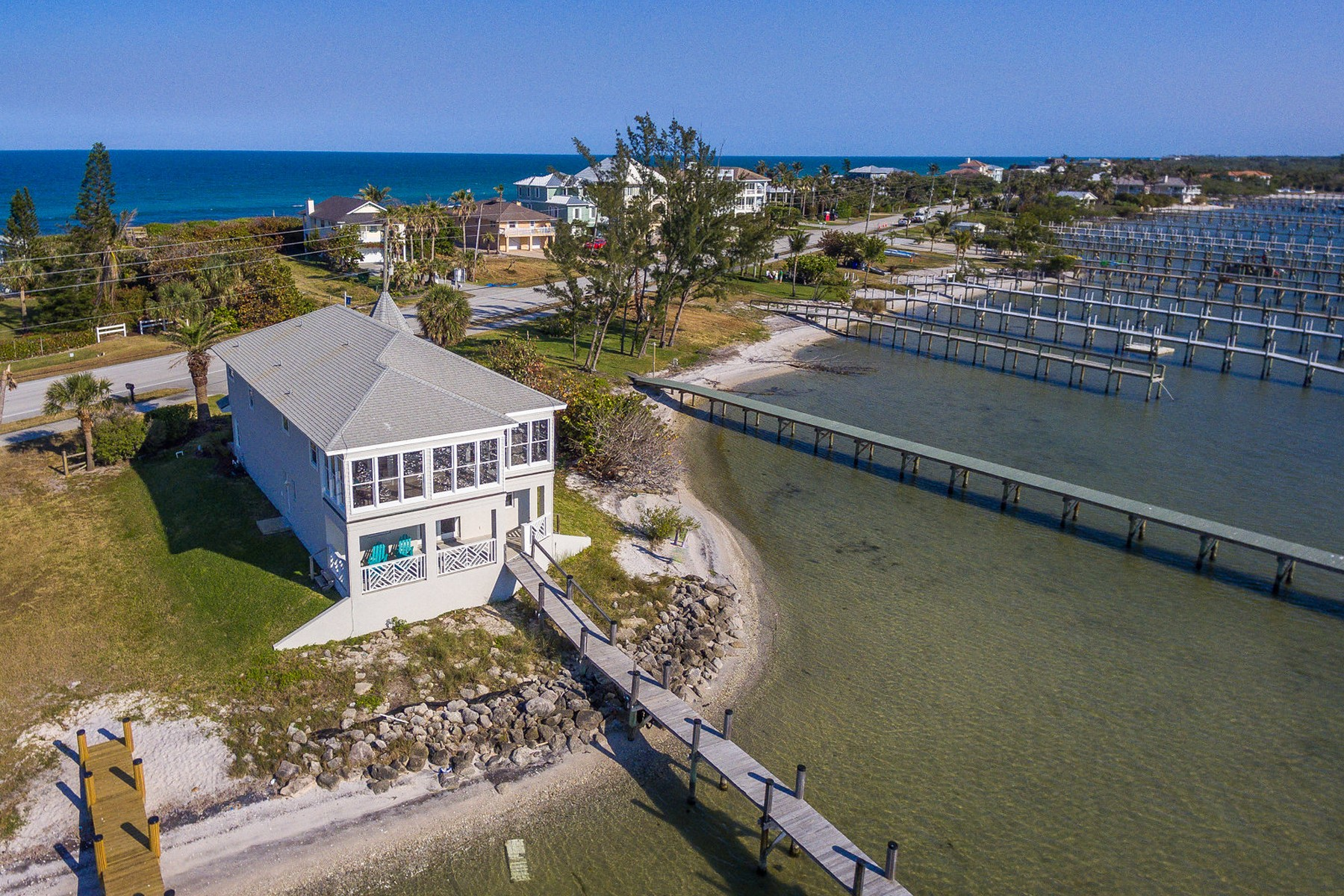 Maison unifamiliale pour l Vente à Stunning Riverfront Home With Oceanfront Beach Access 12825 Highway A1A Vero Beach, Florida 32963 États-Unis