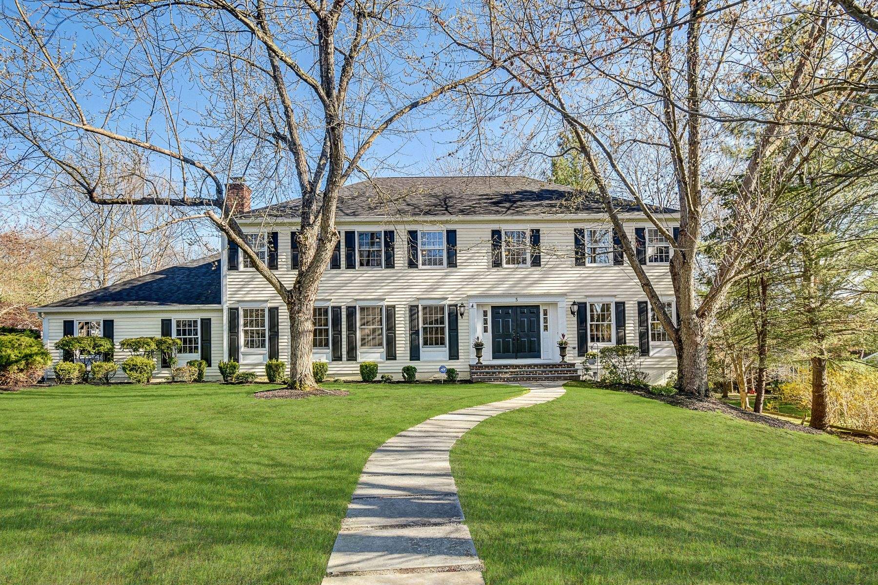 Single Family Homes for Sale at Stunning Colonial 5 Pender Hill Road Mendham, New Jersey 07945 United States