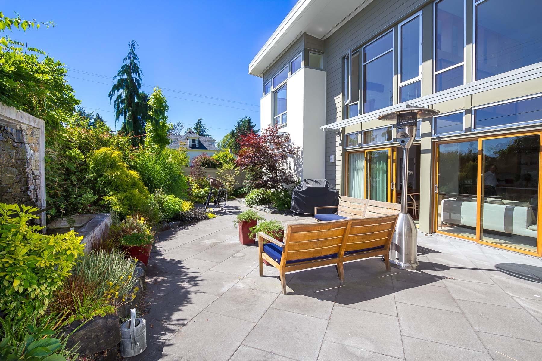 独户住宅 为 销售 在 Distinctly Modern Retreat 300 Parfitt Way SW 班布里奇岛, 华盛顿州, 98110 美国