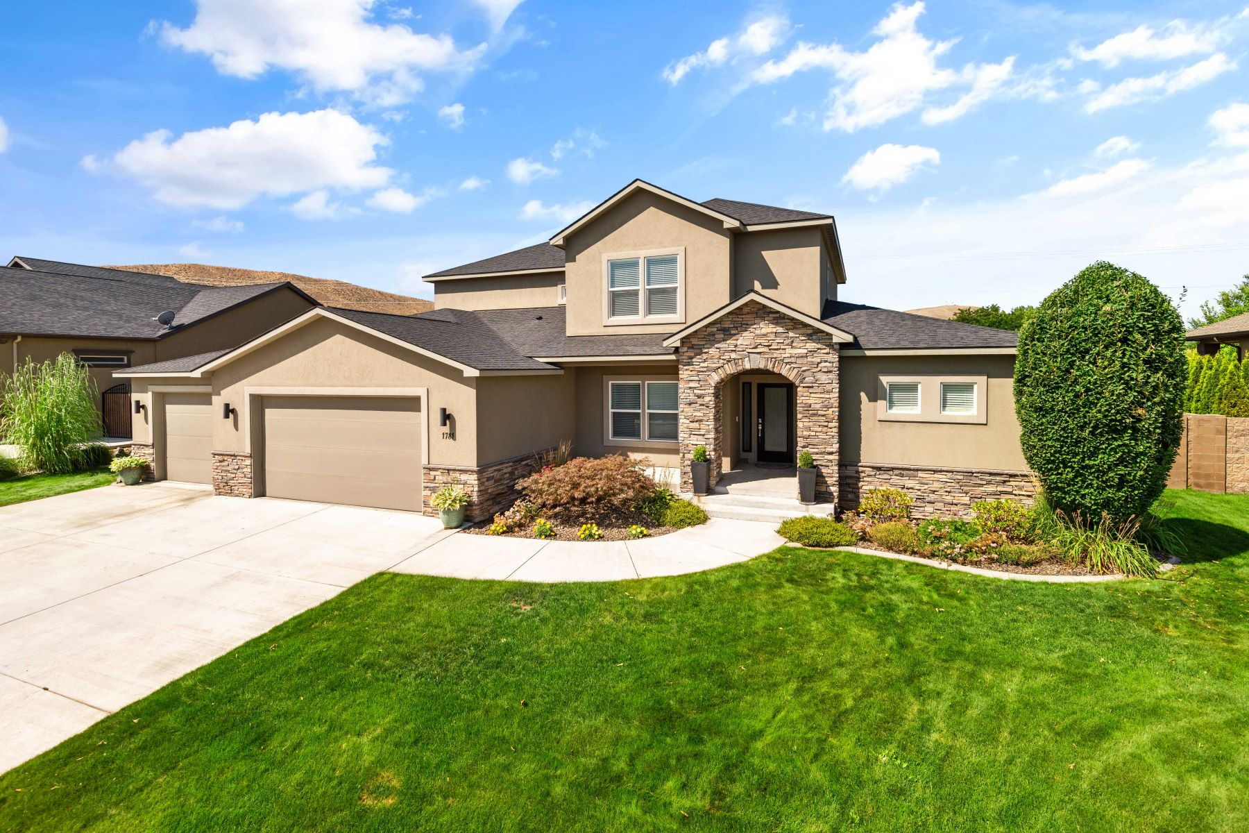 Single Family Homes for Sale at Exclusive Silver Meadows 1781 Silver Court Richland, Washington 99352 United States