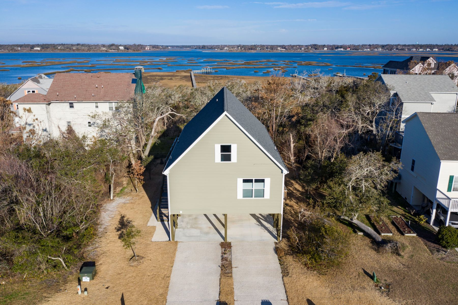 Single Family Homes 为 销售 在 Lovely Island Home with Unobstructed Views 39 S Oak Drive, Surf City, 北卡罗来纳州 28445 美国