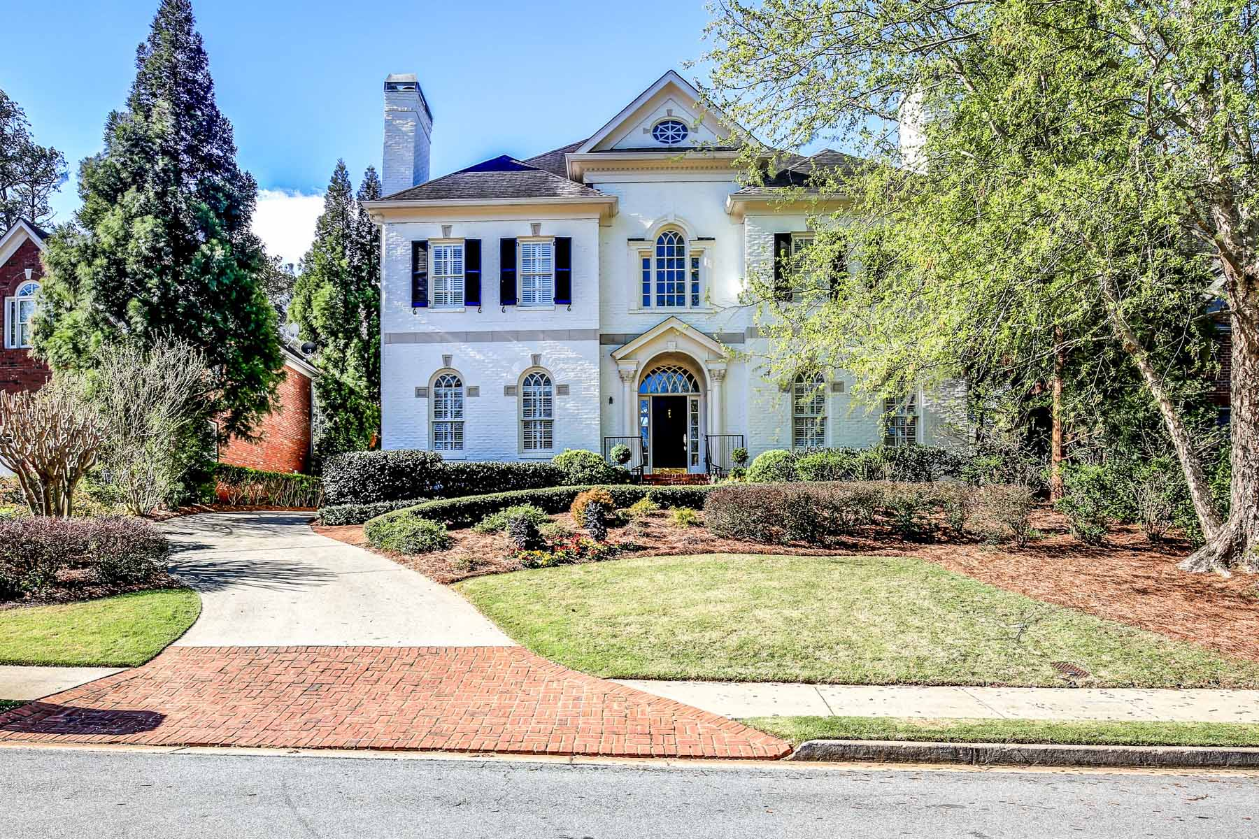 Vivienda unifamiliar por un Venta en Elegantly Sited on a Cul-de-Sac 1814 Grist Stone Court NE Druid Hills, Atlanta, Georgia, 30307 Estados Unidos