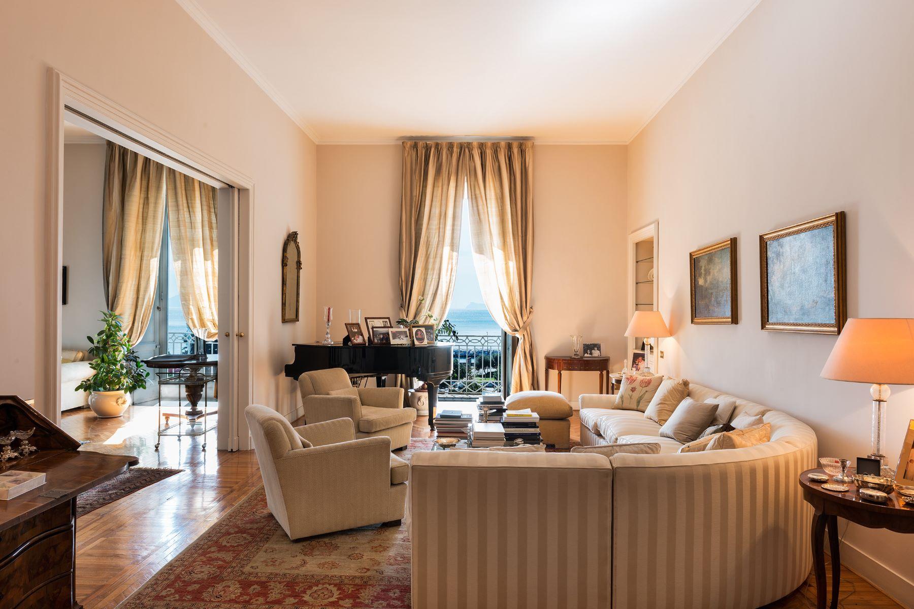Appartamento per Vendita alle ore Elegante appartamento con vista mare Via Rione Sirignano Napoli, Napoli 80121 Italia