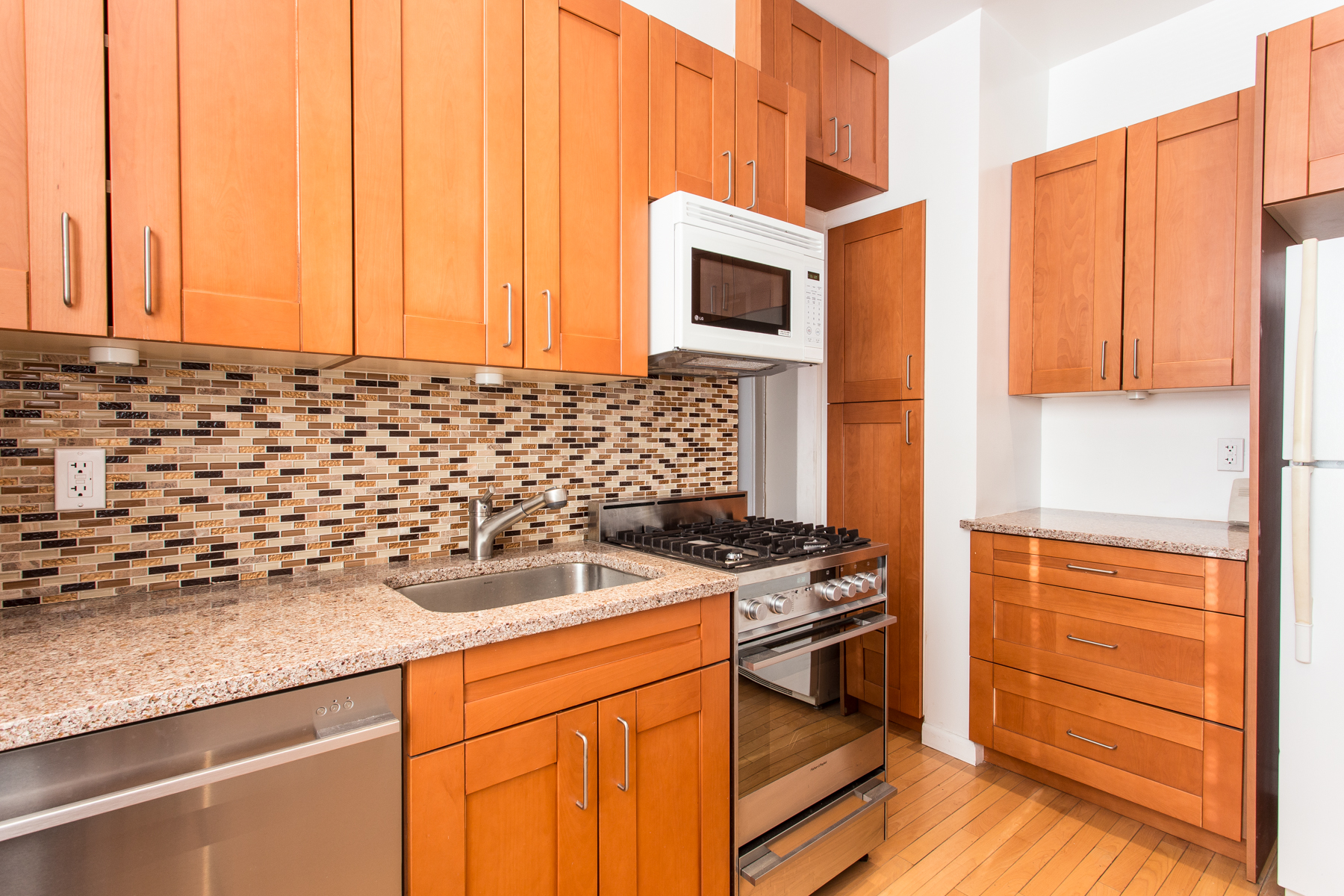 "Additional photo for property listing at ""ONE BEDROOM APARTMENT WITH GARDENS VIEWS"" 4 Dartmouth Street, Apt. #4, Forest Hills Gardens, Forest Hills, Nueva York 11375 Estados Unidos"