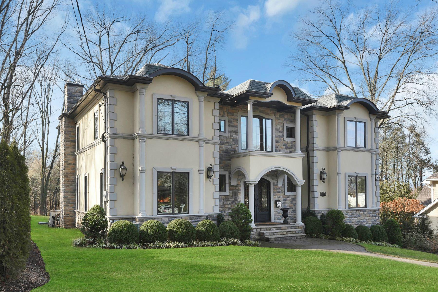 Maison unifamiliale pour l Vente à Gorgeous Tenafly Colonial 4 N Summit Street Tenafly, New Jersey 07670 États-Unis