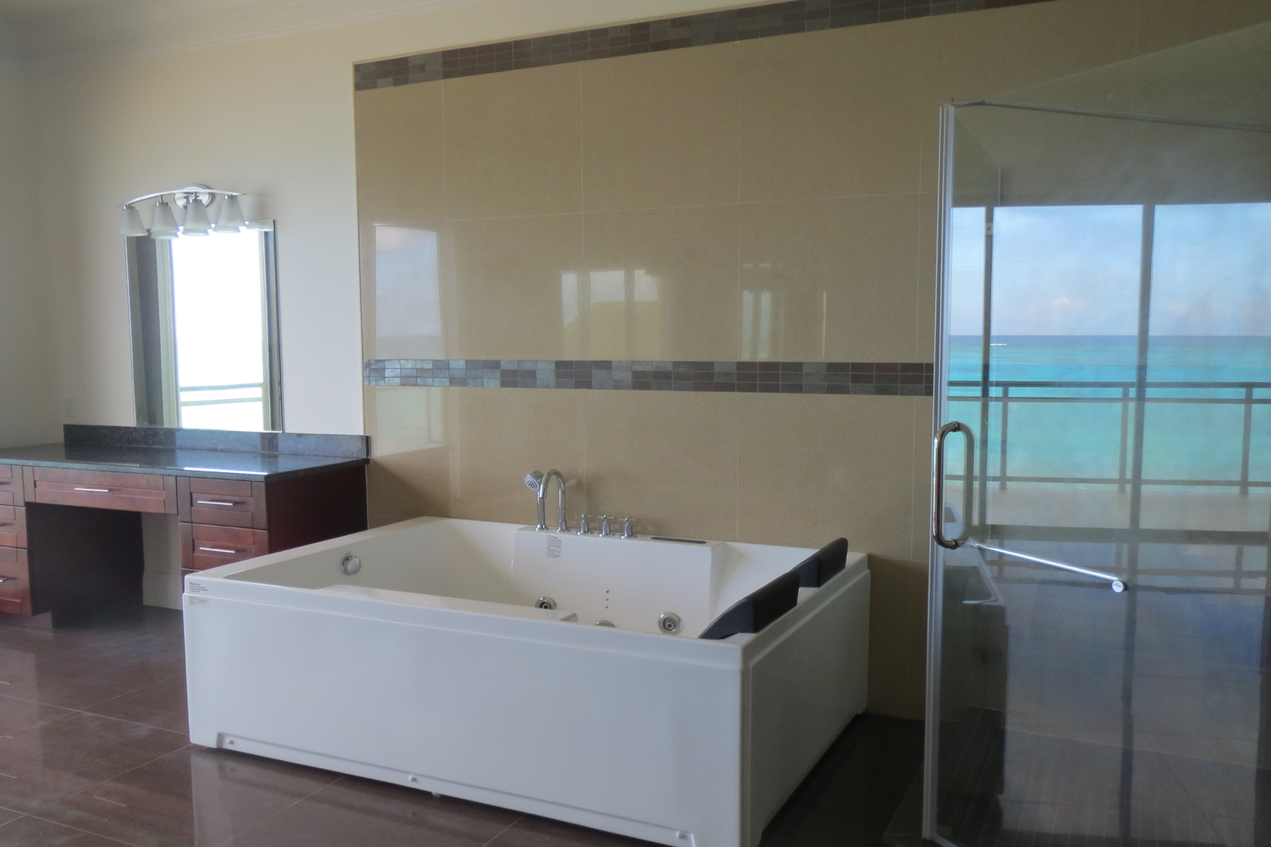 Additional photo for property listing at Columbus Cove Beachfront Townhouse Columbus Cove, Love Beach, Nueva Providencia / Nassau Bahamas