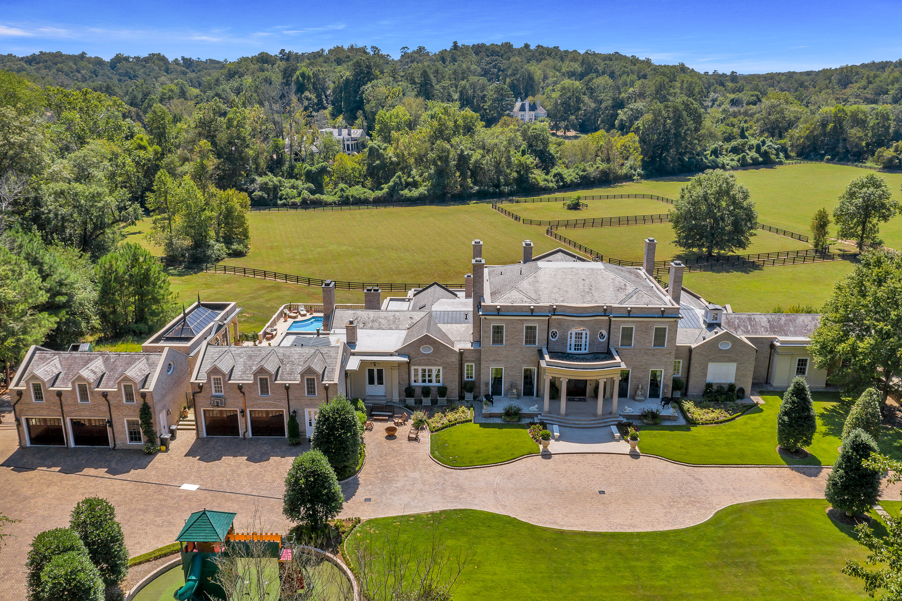 Single Family Homes pour l Vente à Stunning Gated Estate on 17+ Acres in the Heart of Buckhead 1040 W Conway Drive NW, Atlanta, Georgia 30327 États-Unis
