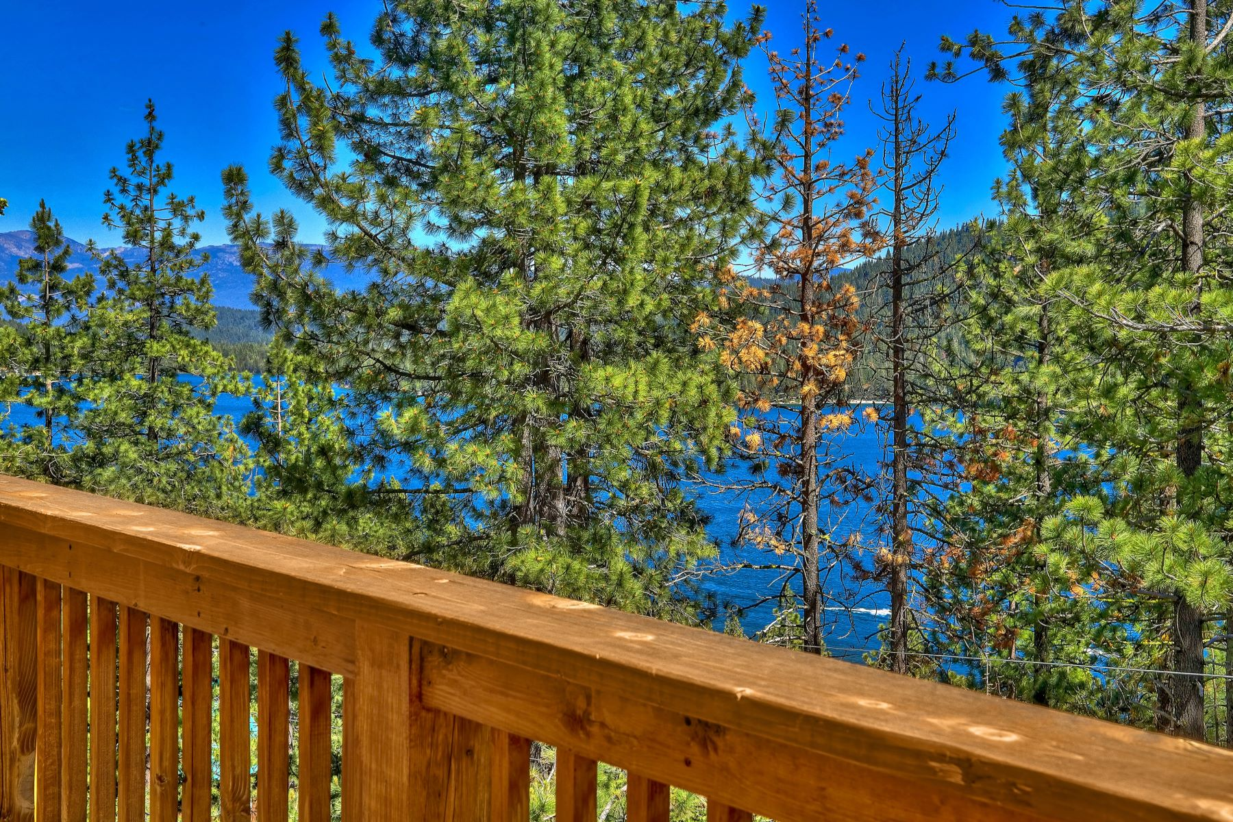 Single Family Homes 为 销售 在 Sunny Donner Lake Views 14870 Denton Avenue 特拉基, 加利福尼亚州 96161 美国