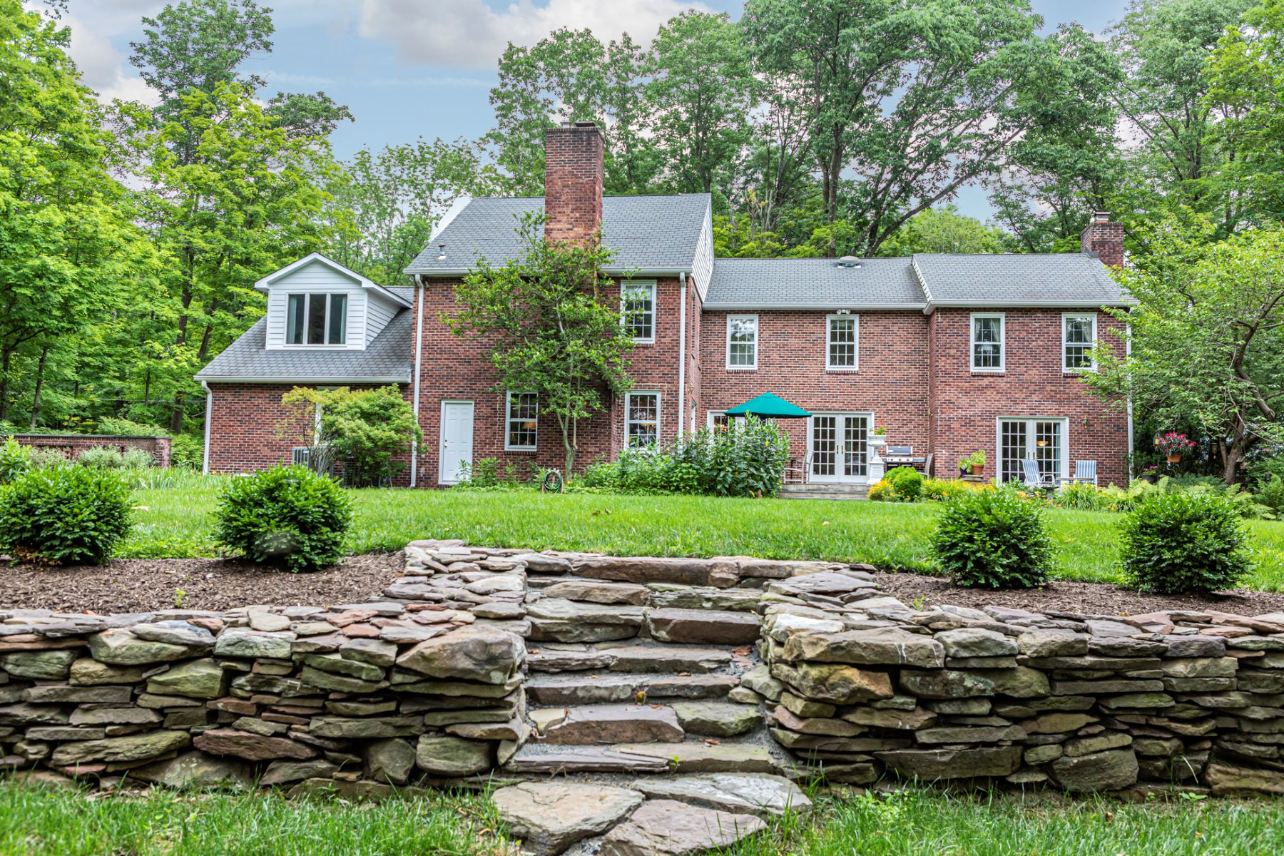 Additional photo for property listing at Brookstone Colonial Entertains with Ease & Style 253 Wendover Drive, Princeton, Nova Jersey 08540 Estados Unidos