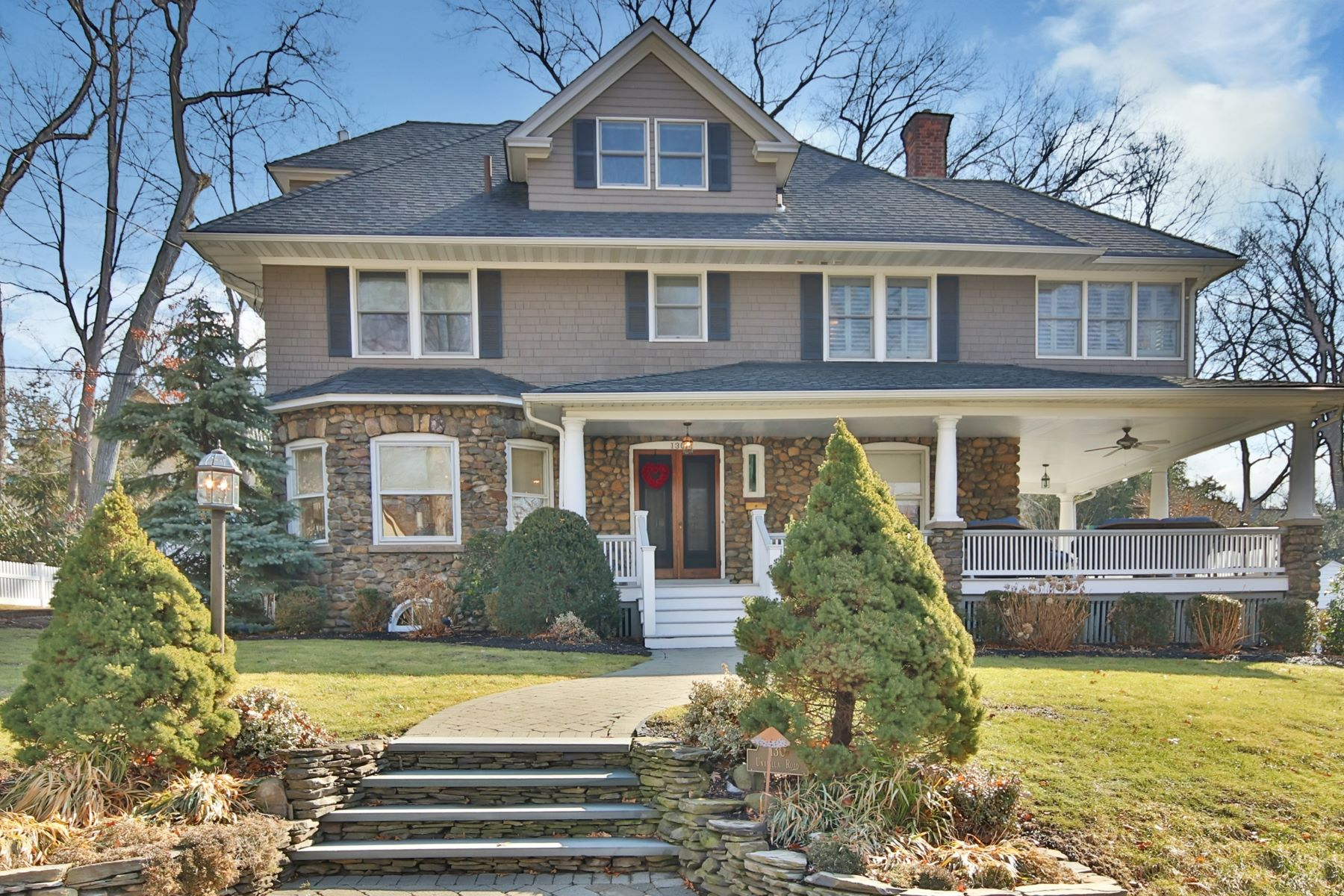 Maison unifamiliale pour l à vendre à Style And Comfort Abound In This Updated Classic Ridgewood Colonial. 130 Unadilla Road, Ridgewood, New Jersey, 07450 États-Unis
