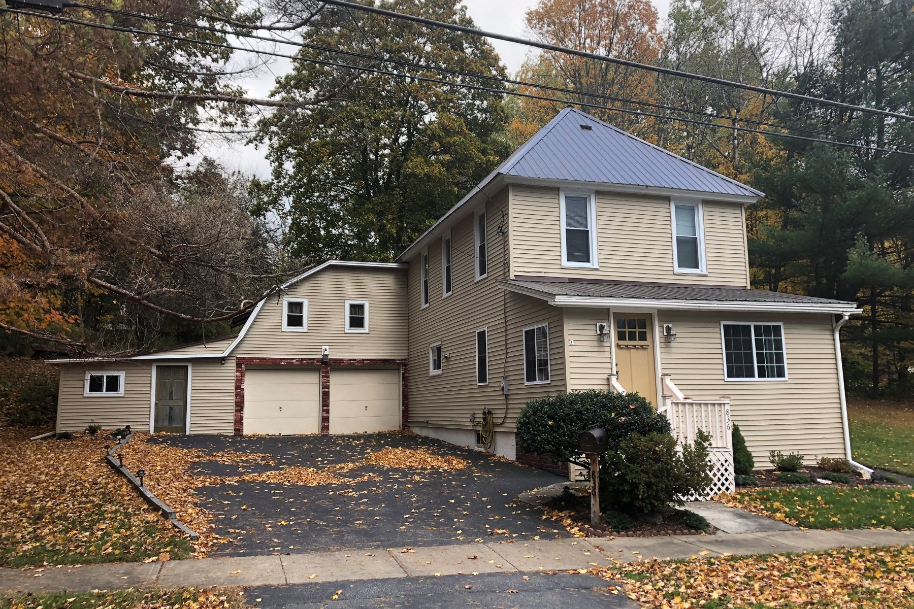 Single Family Homes für Verkauf beim Move In Ready Spacious Home 836 Glebe St, Johnstown, New York 12095 Vereinigte Staaten