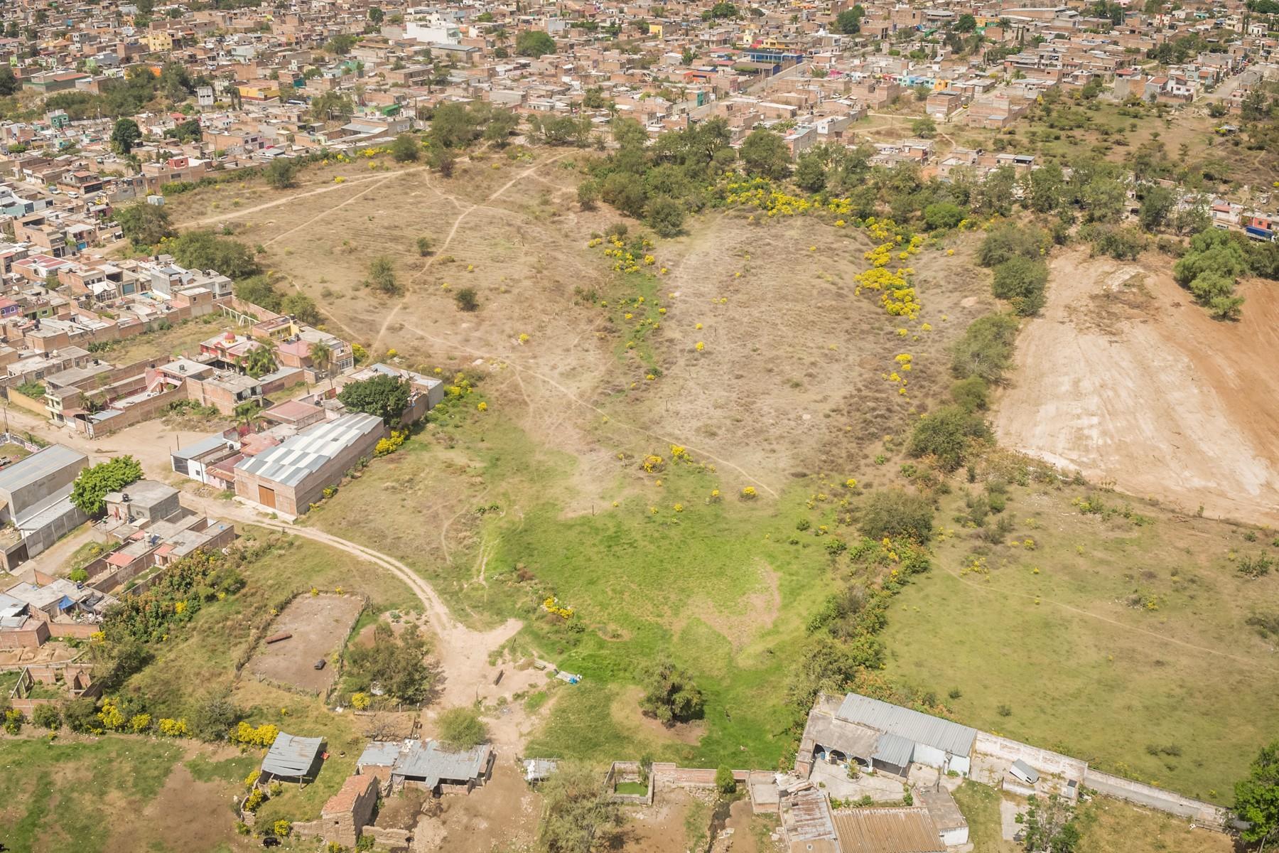 Additional photo for property listing at Lote para desarrollo habitacional H4 Xicoxochitl, Tonala, Jalisco Calle Xicoxochitl 13, Mirador de la Reyna Tonala Guadalajara, Jalisco 45400 México