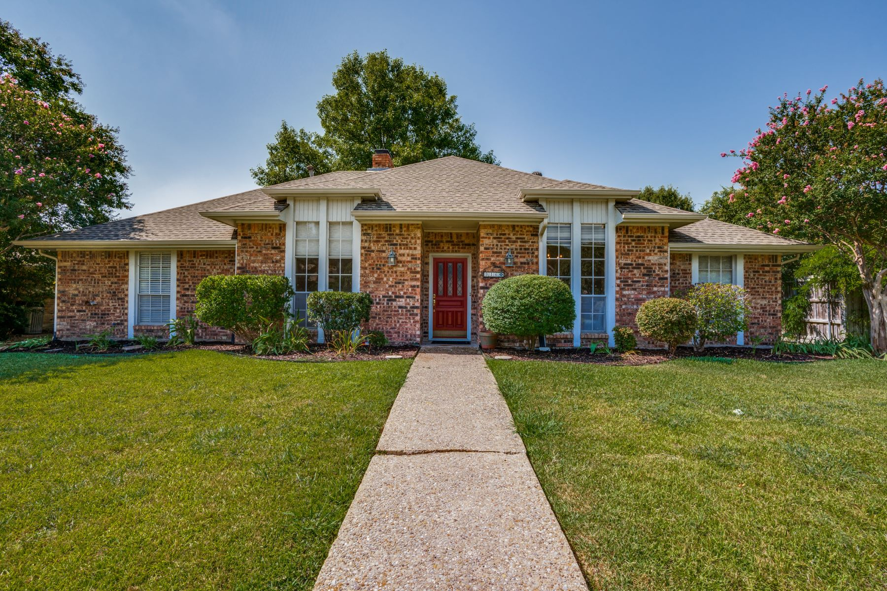 Single Family Homes for Sale at Light and Bright in Plano! 916 Mellville Drive Plano, Texas 75075 United States