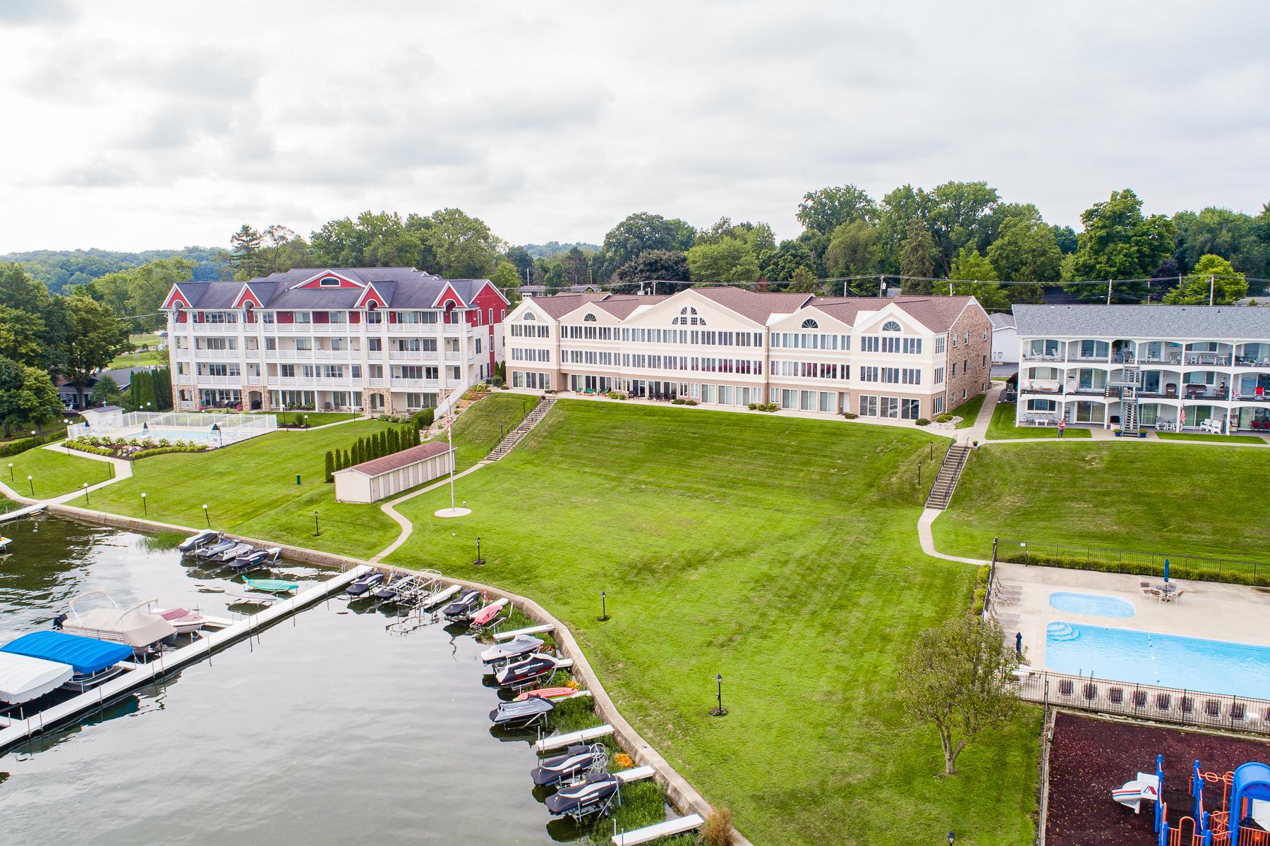 Condominiums por un Venta en Affordable Lake-Living 8986 E Hatchery Rd Unit 5, Syracuse, Indiana 46567 Estados Unidos