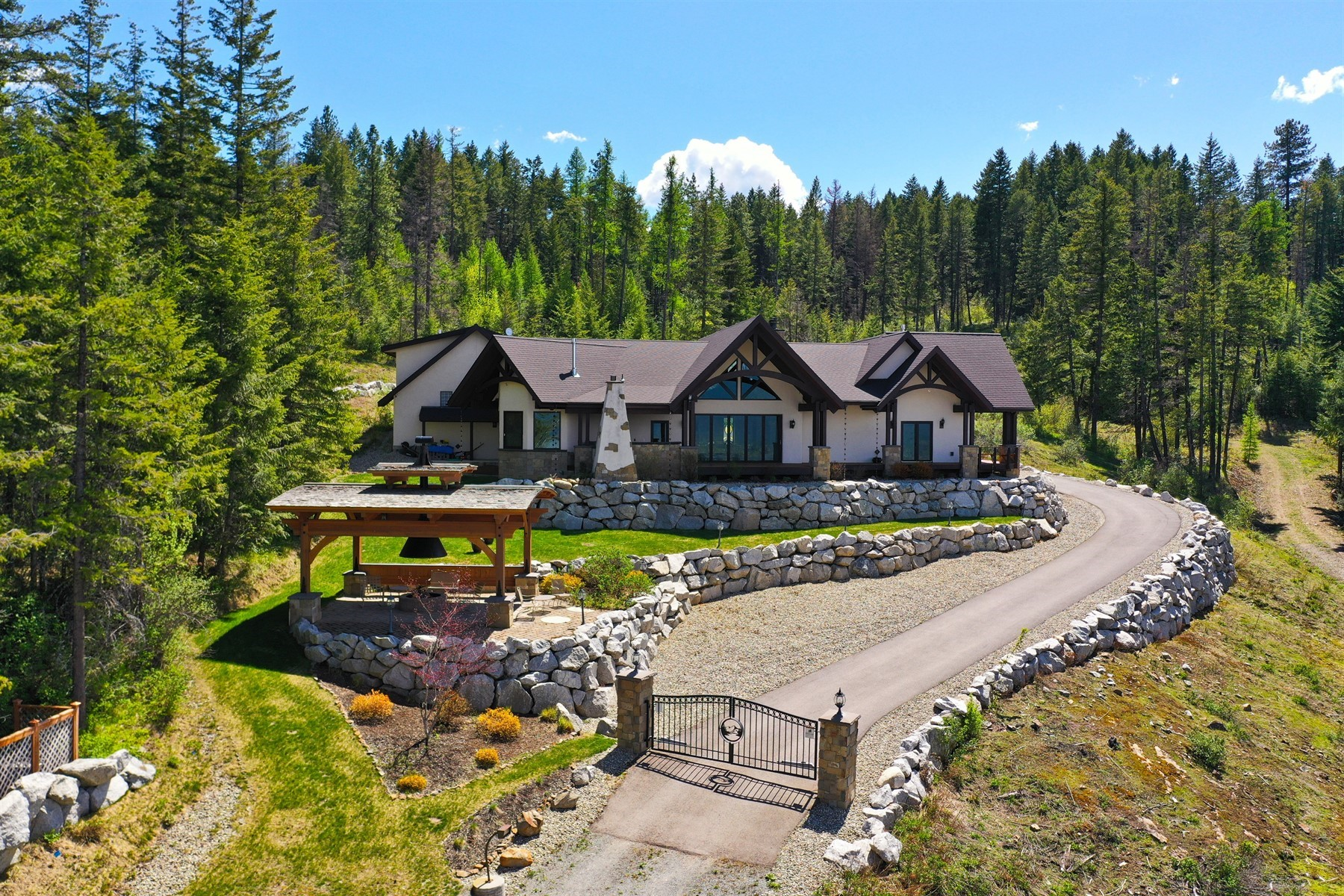 Single Family Homes pour l Vente à Executive's Luxury Retreat 288 Eden View Way Sagle, Idaho 83860 États-Unis