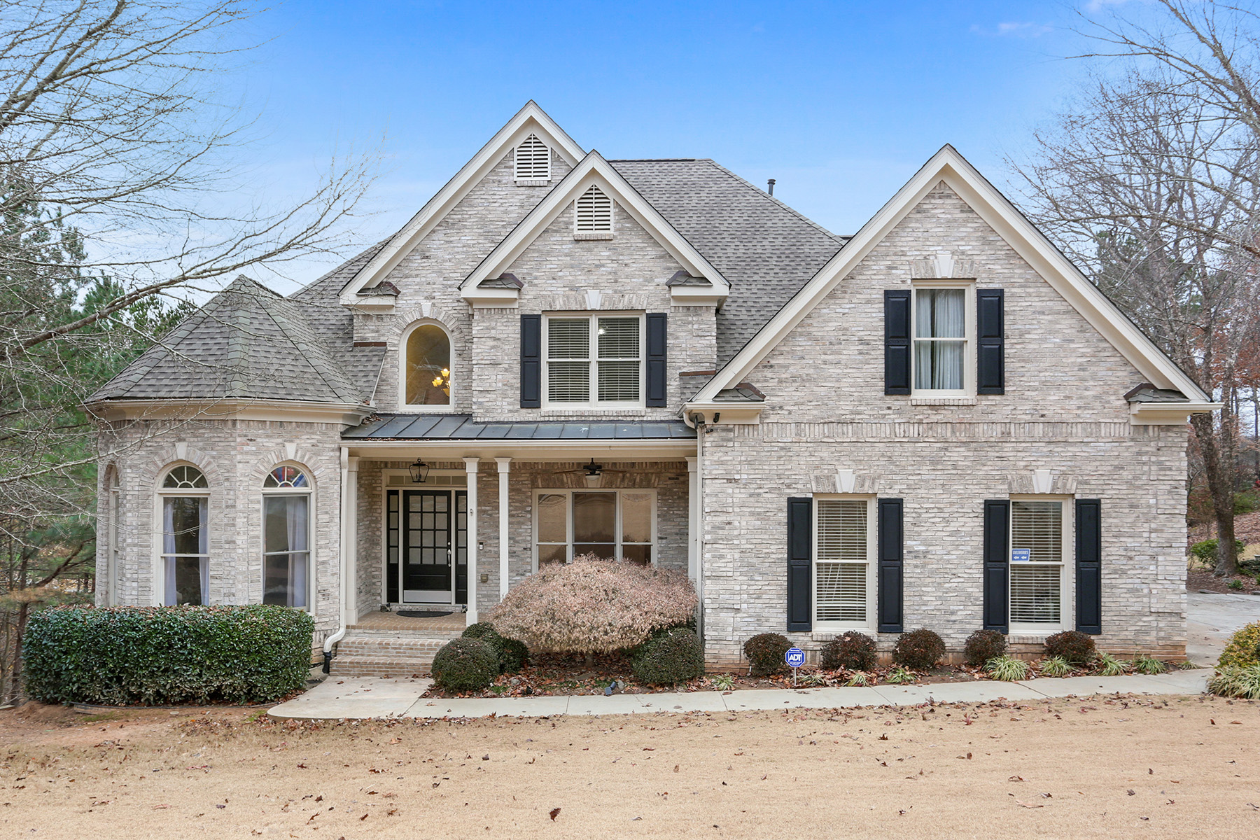 Single Family Homes pour l Vente à Gorgeous Home Located in Sought-After Foxhall Neighborhood 1640 Settingdown Drive, Roswell, Georgia 30075 États-Unis