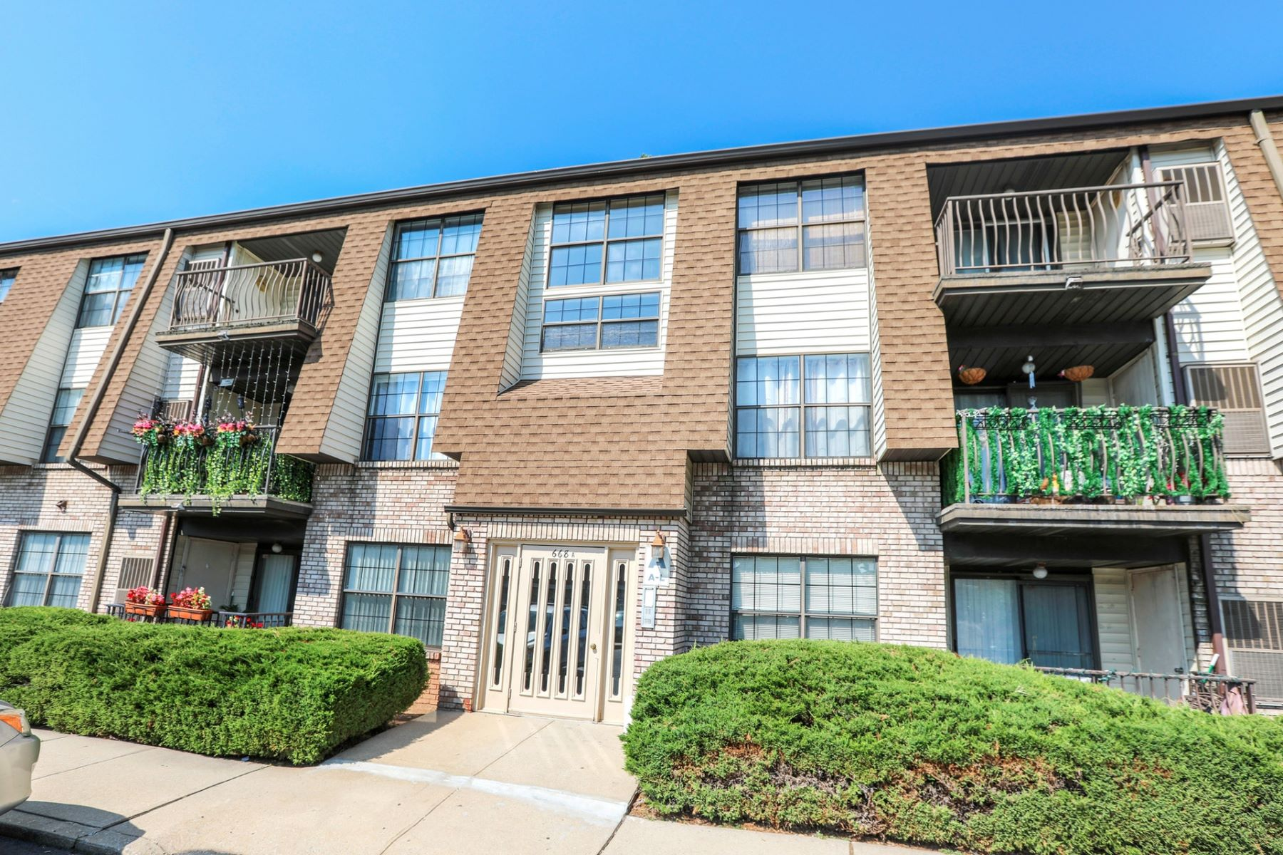 Condominiums for Sale at STOP RENTING AND OWN THIS BEAUTIFUL RENOVATED 2 BEDROOM 2 BATHS CONDO 660-672 North Broad St. #18A Elizabeth, New Jersey 07208 United States