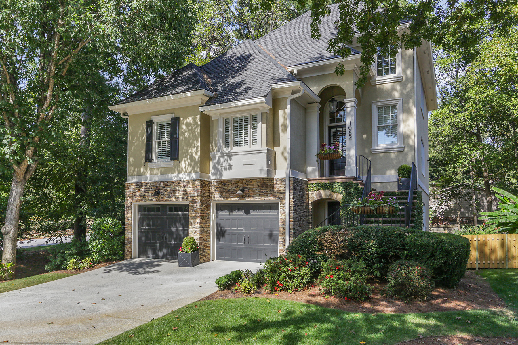 Single Family Homes のために 売買 アット Tastefully Updated Pine Hills Brookhaven Home 1062 Childers Road, Brookhaven, ジョージア 30324 アメリカ