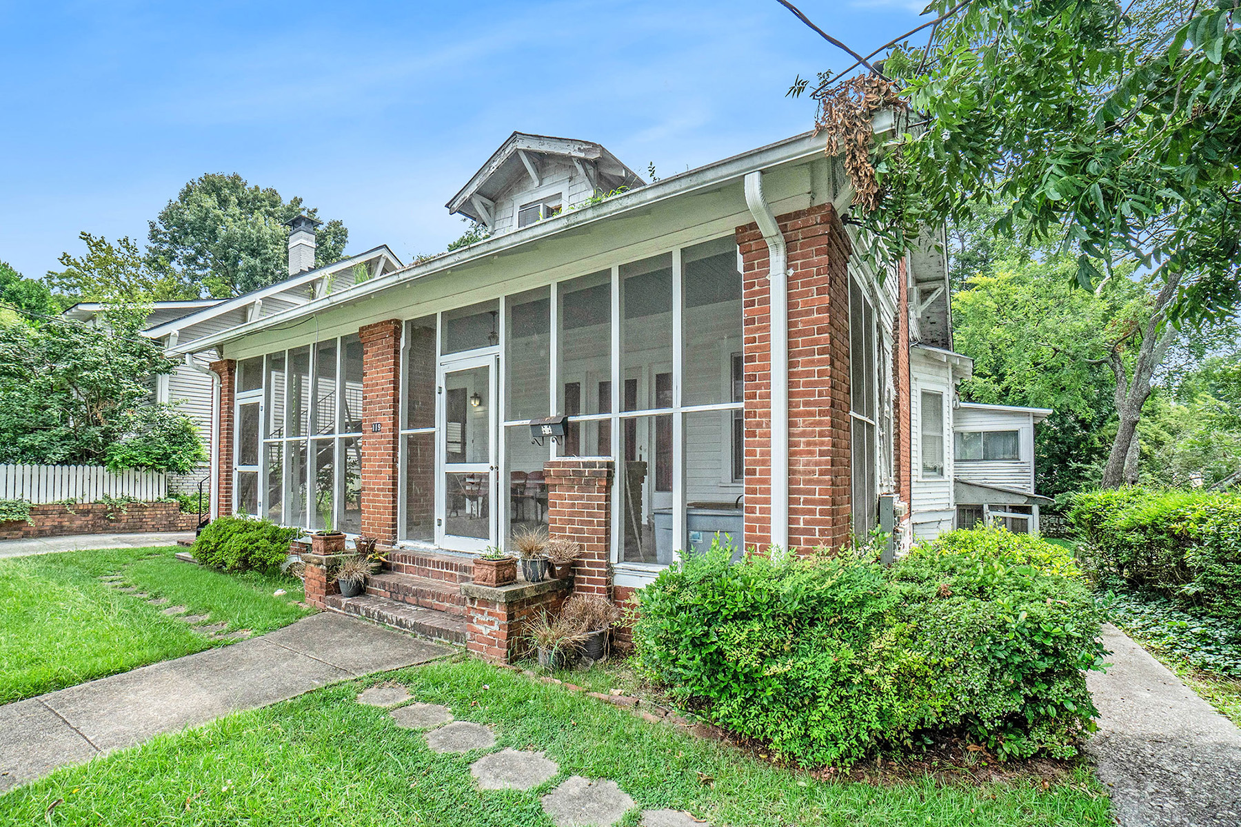 Single Family Homes のために 売買 アット Delight In The Opportunity Of This Urban/Authentic '22 Craftsman Home 119 North Candler St, Decatur, ジョージア 30030 アメリカ