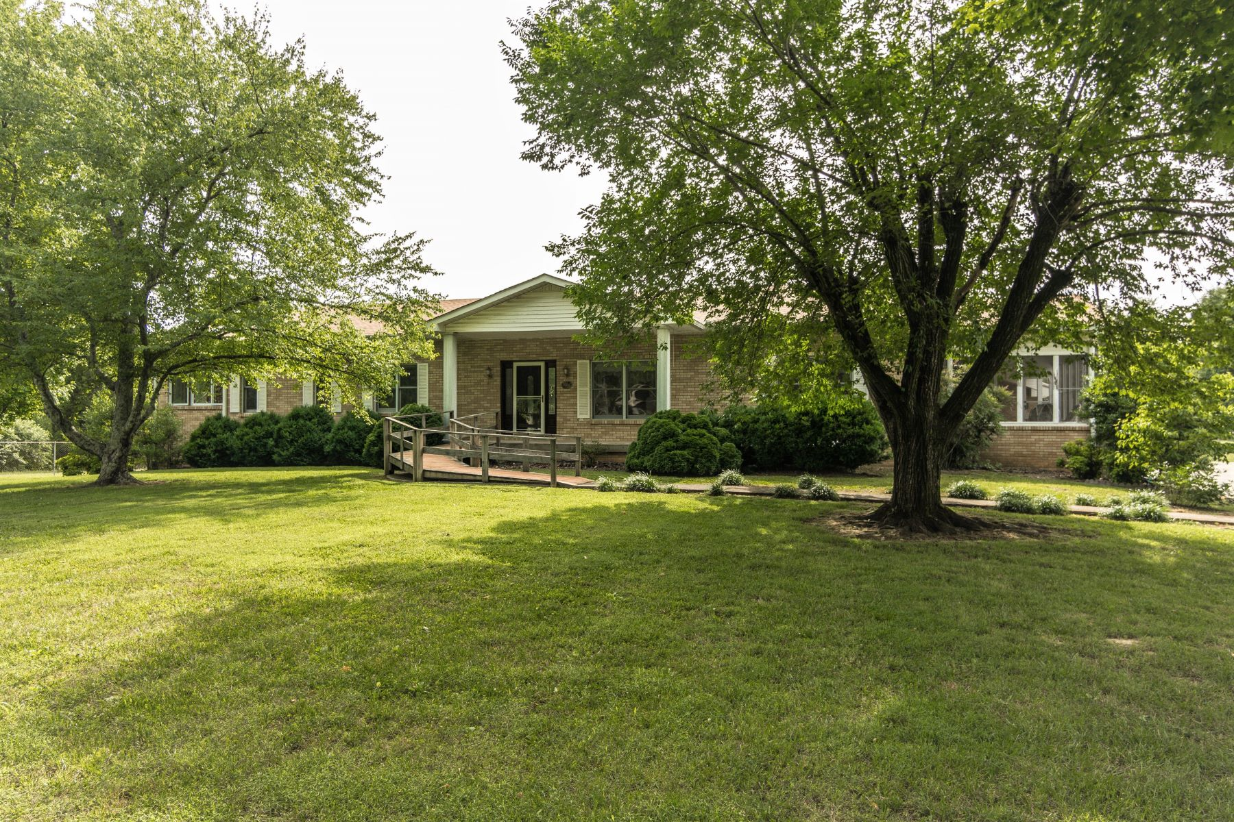 Single Family Homes vì Bán tại Custom Built Brick Home Nestled on 8.7 Acres of Magnificent Land! 1860 Lynn Circle, Greenbrier, Tennessee 37073 Hoa Kỳ
