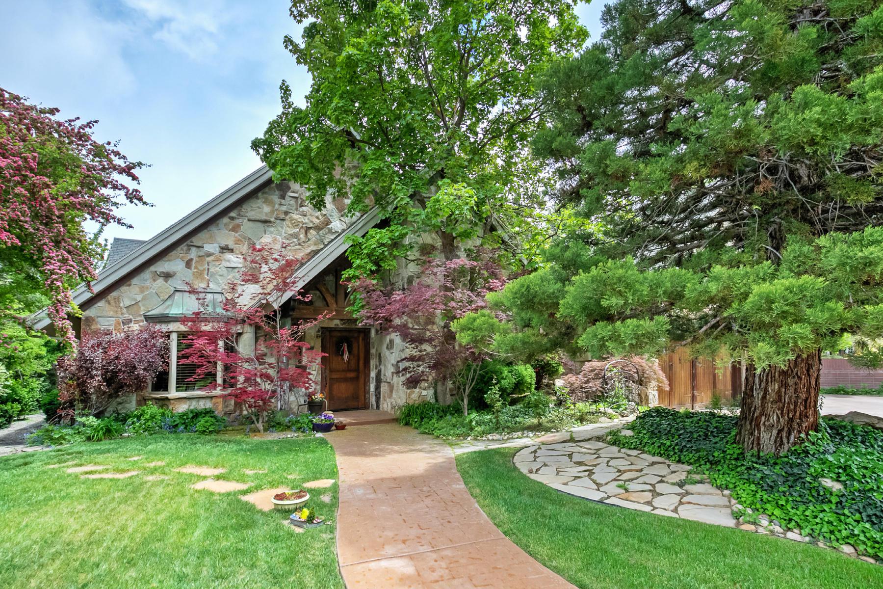 Villa per Vendita alle ore European 2 Story with Guest Cottage 5021 S Memory Ln Holladay, Utah, 84117 Stati Uniti