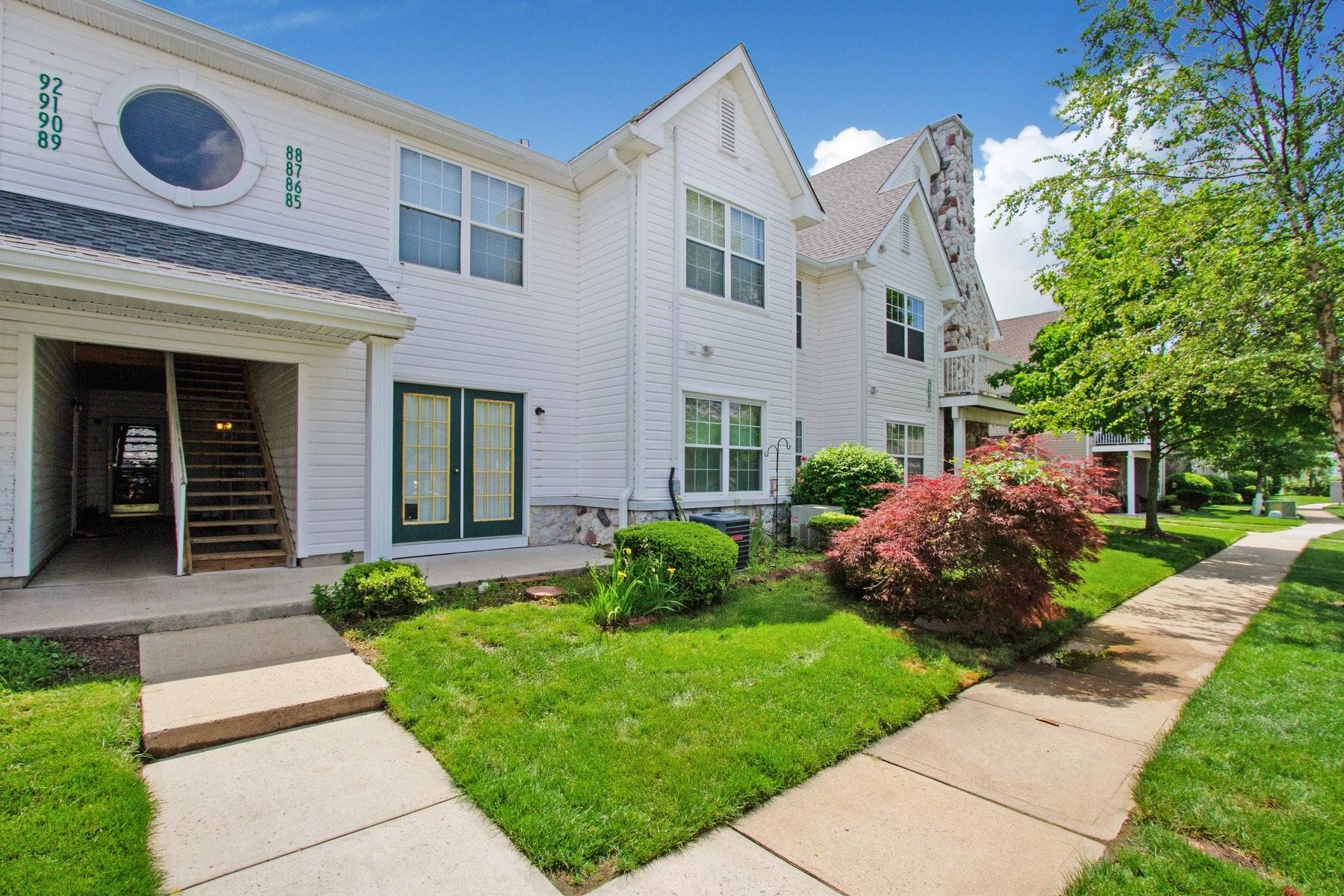 Condominiums por un Venta en Sunny Tinton Falls Condominium 86 Des Moines Court Tinton Falls, Nueva Jersey 07712 Estados Unidos