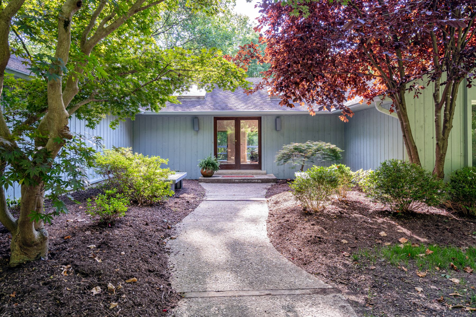 Single Family Homes のために 売買 アット Spacious and inviting contemporary home in an ultra-private 3608 Section Rd., Cincinnati, オハイオ 45237 アメリカ